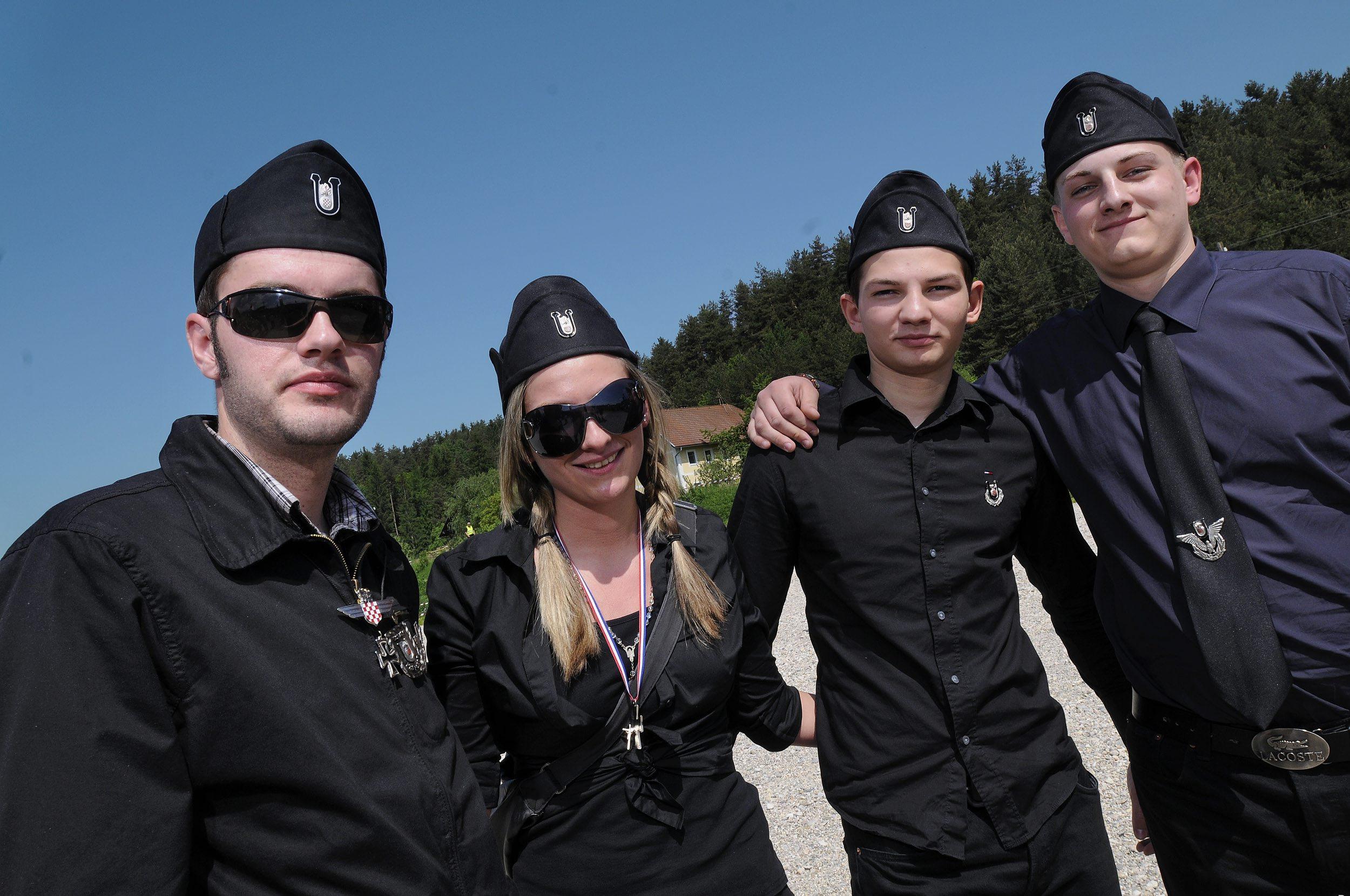 Mladi sa ustaškim kapama i uniformama na središnjoj komemoraciji žrtvama Bleiburske tragedije i Hrvatskog križnog puta na Bleiburskom polju u Austriji.