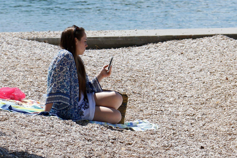Makarska, 130516.  Topao i pretezno suncan proljetni dan s vise od 20 C je izmamio kupace na makarsku plazu. Na fotografiji : Kupaci na makarskoj plazi. Foto: Ivo Ravlic / CROPIX