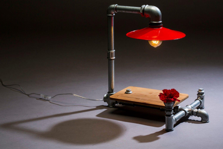 Zagreb, 120318. Kreativac Igor Oliveric radi unikatne lampe od vodovodnih cijevi i recikliranih predmeta, koje nose imena filmskih junaka i superheroja iz stripova.Pa tako tu ima lampa Hanibal Lester, Marvie, James Bond, pa Mia iz Pulp Fictiona i druge. Foto: Berislava Picek/ CROPIX