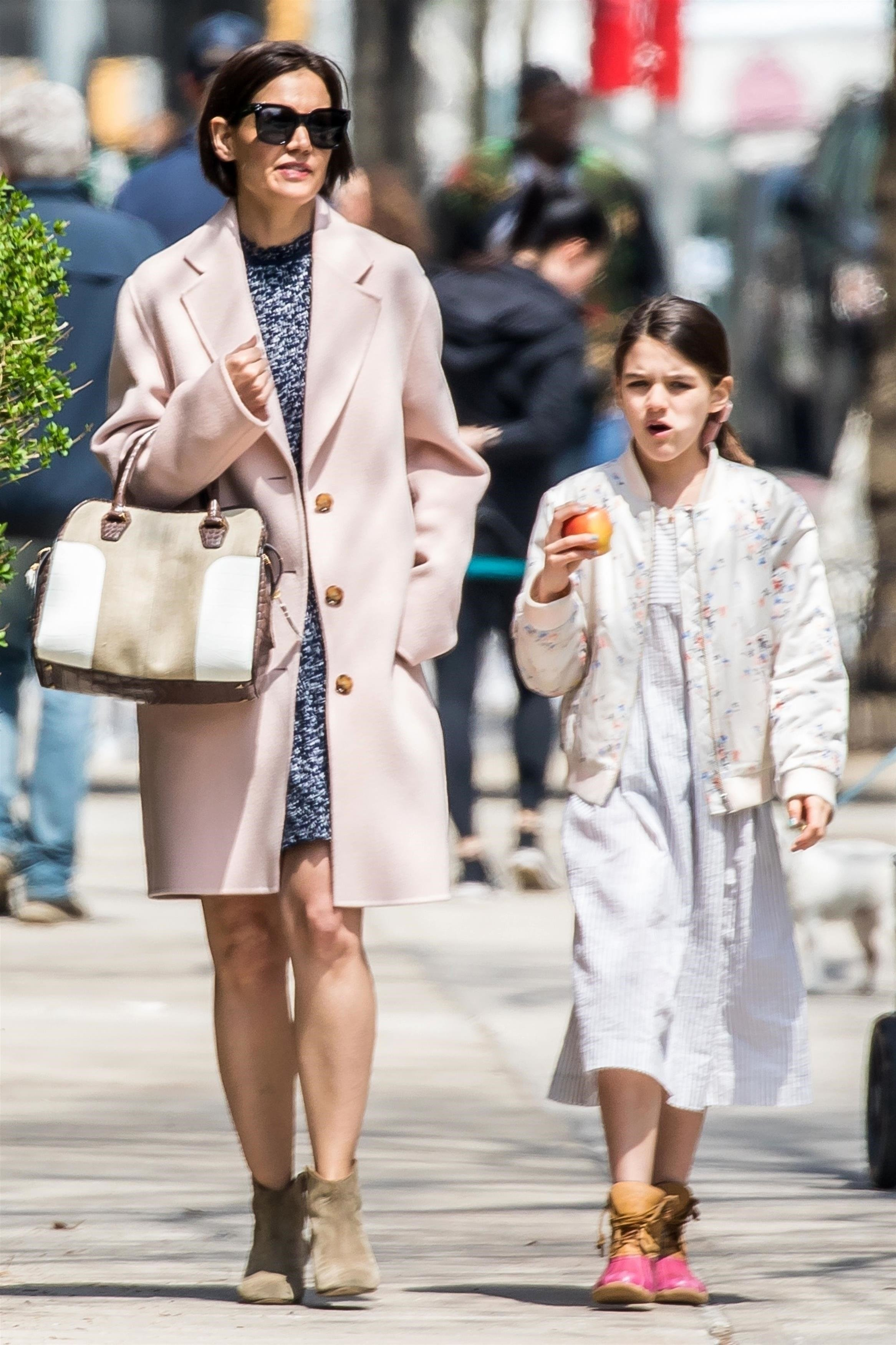 New York City, NY  - Actress Katie Holmes and her daughter Suri Cruise were seen sporting light spring colors while strolling through Manhattan on Saturday afternoon.  Pictured: Katie Holmes, Suri Cruise  BACKGRID USA 28 APRIL 2018, Image: 370031493, License: Rights-managed, Restrictions: , Model Release: no, Credit line: Profimedia, AKM-GSI