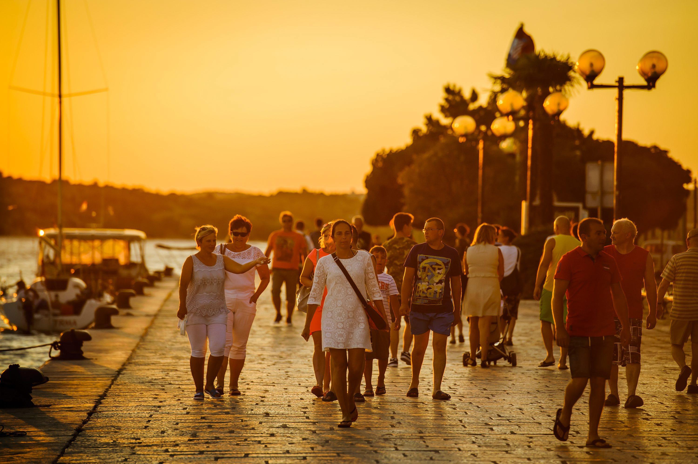 Zalazak sunca na šibenskoj rivi privlači turiste