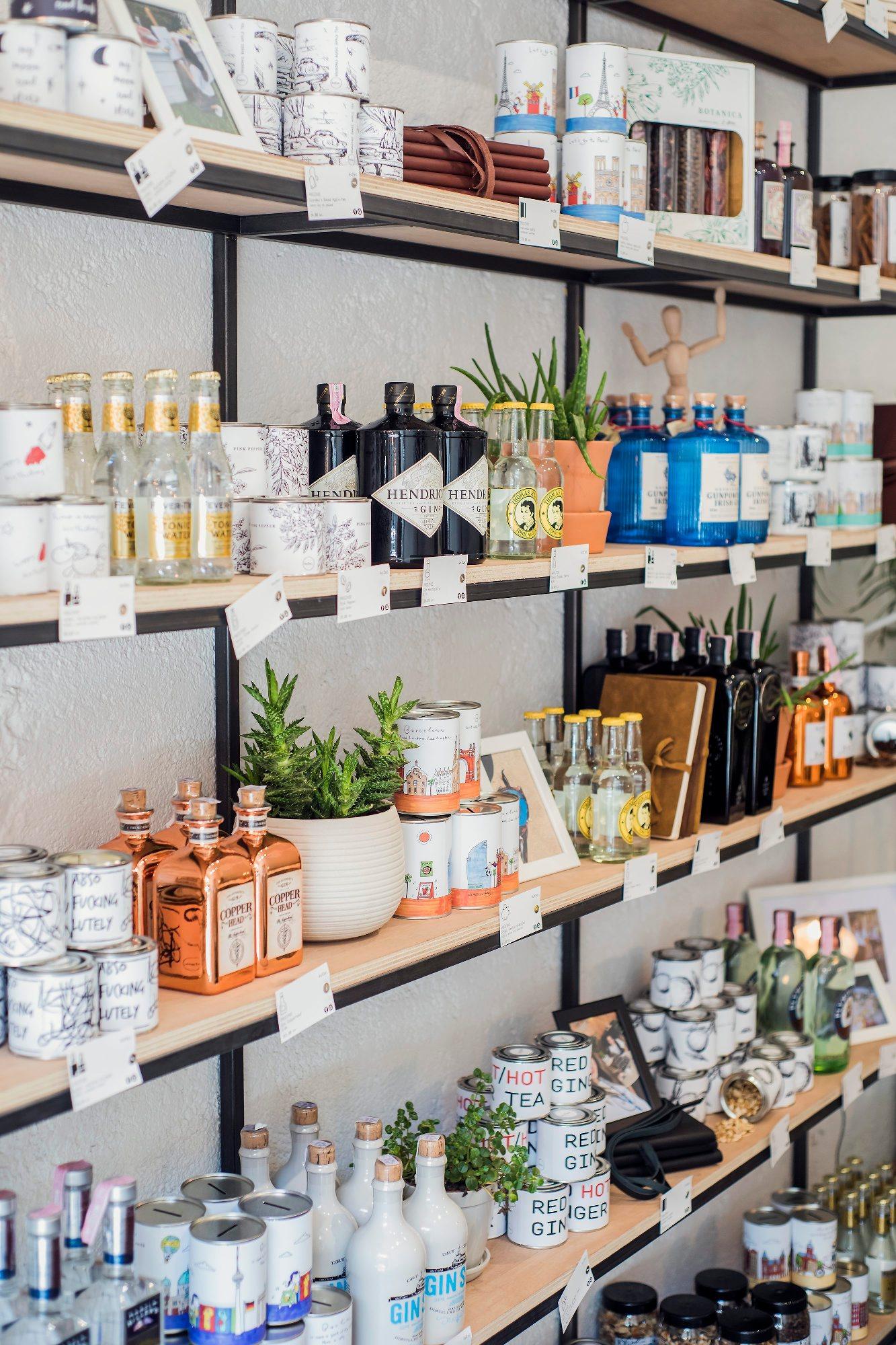 Zagreb, 250418.  Izlog trgovine Kofer u Gundulicevoj ulici. Trgovina je specijalizirana za prodaju sastojaka za gin tonic. Foto: Neja Markicevic / CROPIX