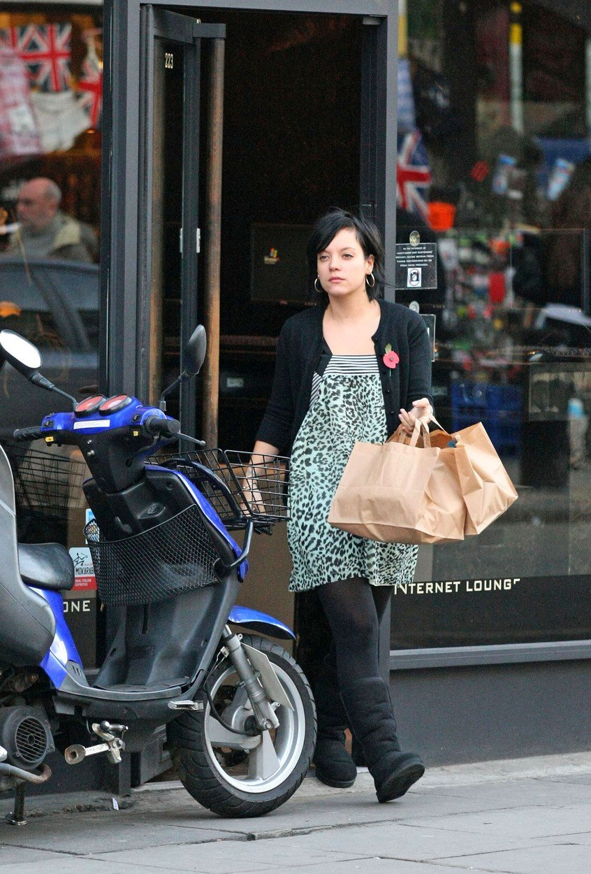 Lily Allen stops at the Apple Store on Regent Street in London to purchase a brand new MacBook.  The singer then stopped at UKAI sushi restaurant to pick up her take away dinner.         October 27, 2008 Job:   81027L7  London, England, Image: 27835175, License: Rights-managed, Restrictions: 004, Model Release: no, Credit line: Profimedia, Bauer Griffin