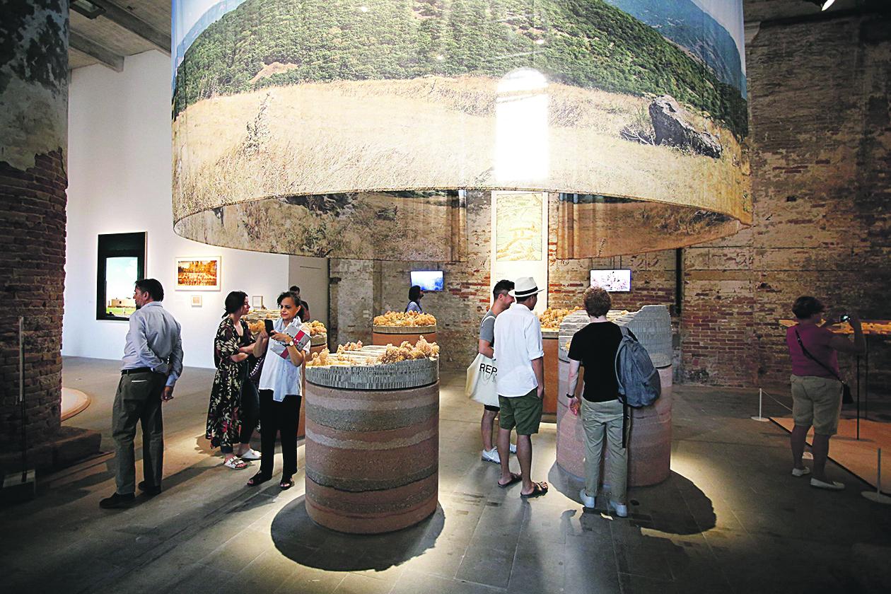 Venecija, 250518. Na 16. Venecijanskom bijenalu, koji se ove godine odrzava od 26. svibnja do 25. studenoga, Hrvatska se predstavila izlozbom Oblak Pergola / Arhitektura gostoljubivosti. Na fotografiji: izlozba. Foto: Marko Todorov / CROPIX