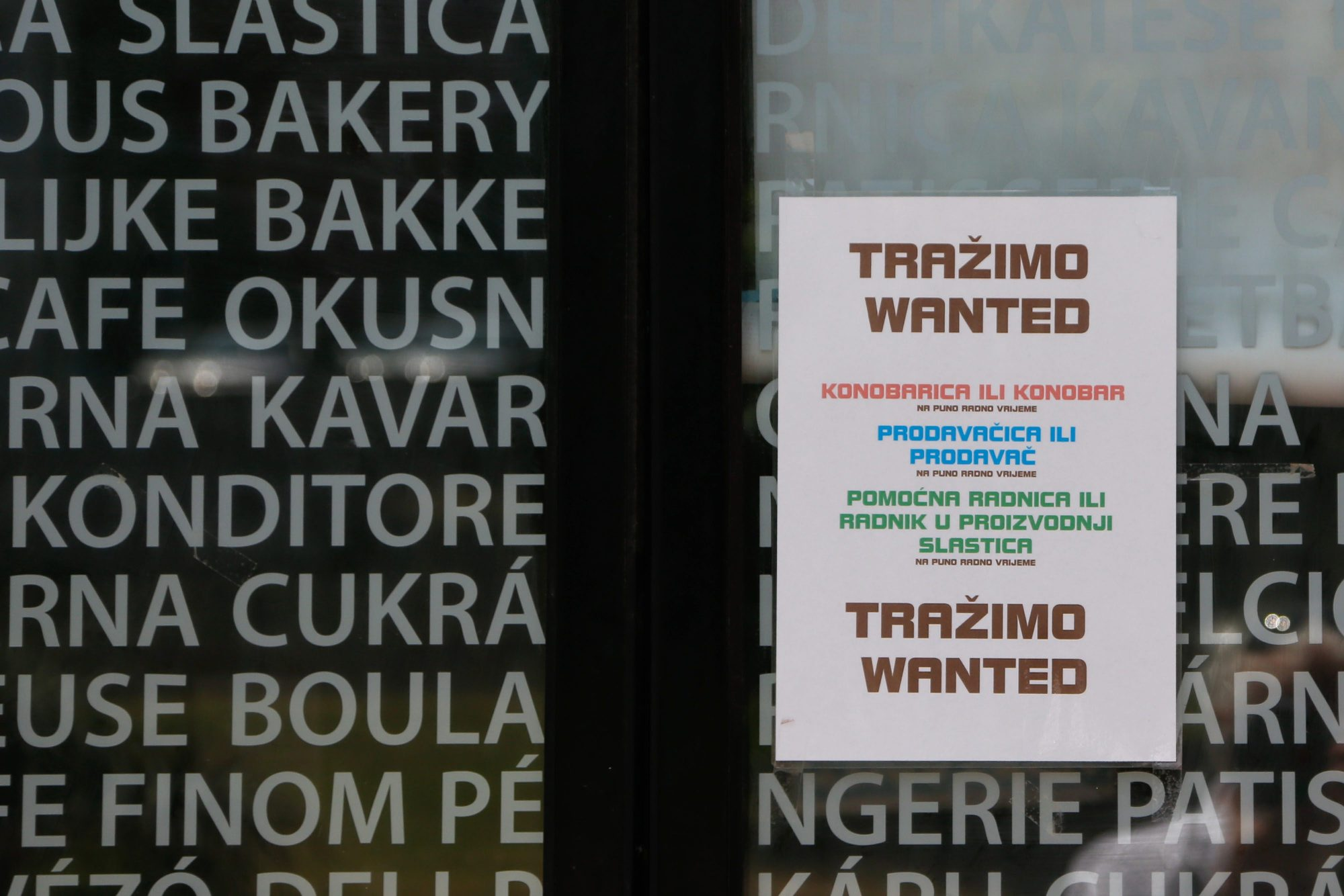 Pula, 280518. Nedostatak radne snage sve je veci. U pekari-slasticarnici Tina na Verudi na vratima i na svakom stolu stoji natpis kojim se mole gosti za razumjevanje. Foto: Goran Sebelic / CROPIX