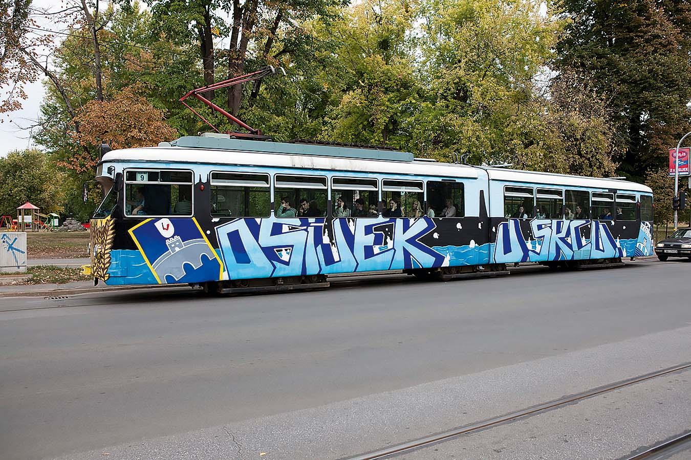 Osijek, 141011. Reportaza o gradu Osijeku. Na fotografiji:Tramvaj u ulici Europske avenije. Foto: Vlado Kos / Cropix