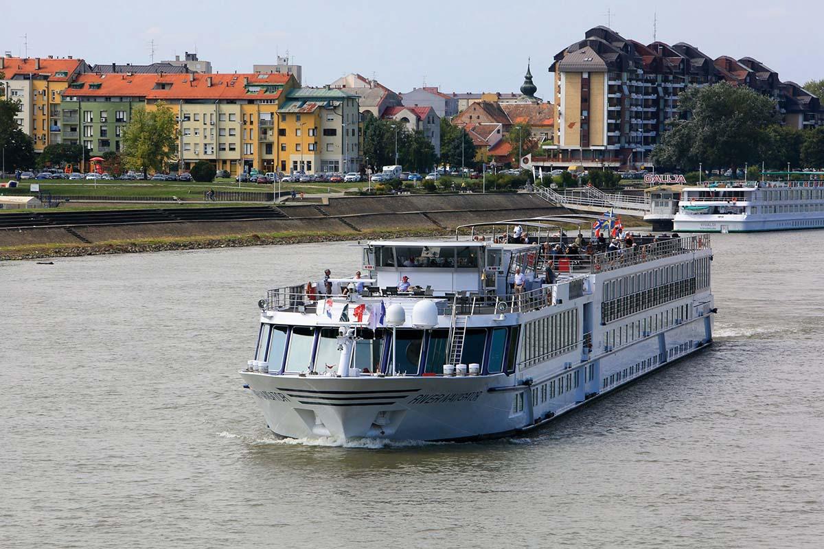 Osijek, 080917.  Rijecni kruzeri koji putuju na kruznom putovanju Dunavom od Beca do Crnog mora zaustavljaju se na poludnevni boravak u Osijeku. Kruzeri pristaju uz brod pristaniste Galija na rijeci Dravi, a ove godine planiran je dolazak 78 kruzera.  Na fotografiji: kruzer River Navigator na rijeci Dravi.  Foto: Vlado Kos / Cropix