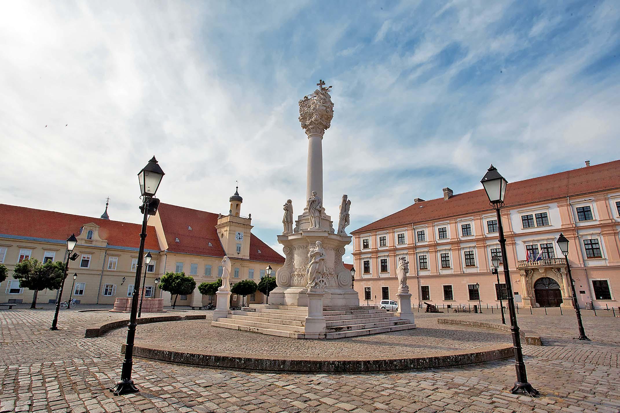GLORIA Osijek, 200518 Osijek Na fotografiji: Tvrdja, Trg Sv. Trojstva. Foto: Emica Elvedji / CROPIX