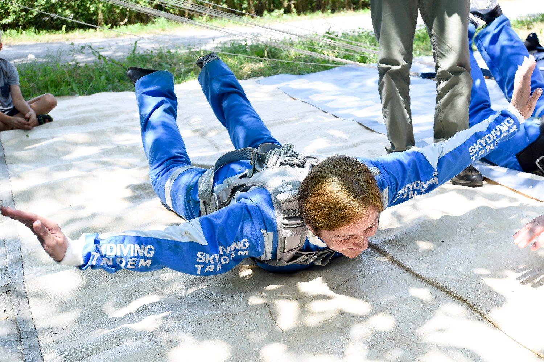 Zagreb, 310518. Aerodrom Lucko. Nakon gotovo godinu dana, uciteljica Snjezana Duic iz zagrebacke Osnovne skole Vinka Zganca, skocila je padobranom u tandem skoku ostvarivsi svoj zivotni san kojeg su joj omogucili njeni ucenici. Sam skok izveden je u aranzmanu Skydiving tandem groupe koja je ispravila nepravdu koju joj je nanio Darko Tupek iz Aerokluba Slobodan Pad primajuci novac, ali ne i izvevsi sam skok. Na fotografiji: pripreme pred skok. Foto: Darko Tomas / CROPIX