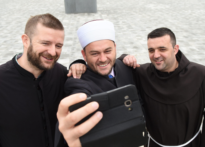 Paroh Zeljko Vidaković, Efendija Admir Muhić i Fra Ivo Bošnjak u Vojniću.