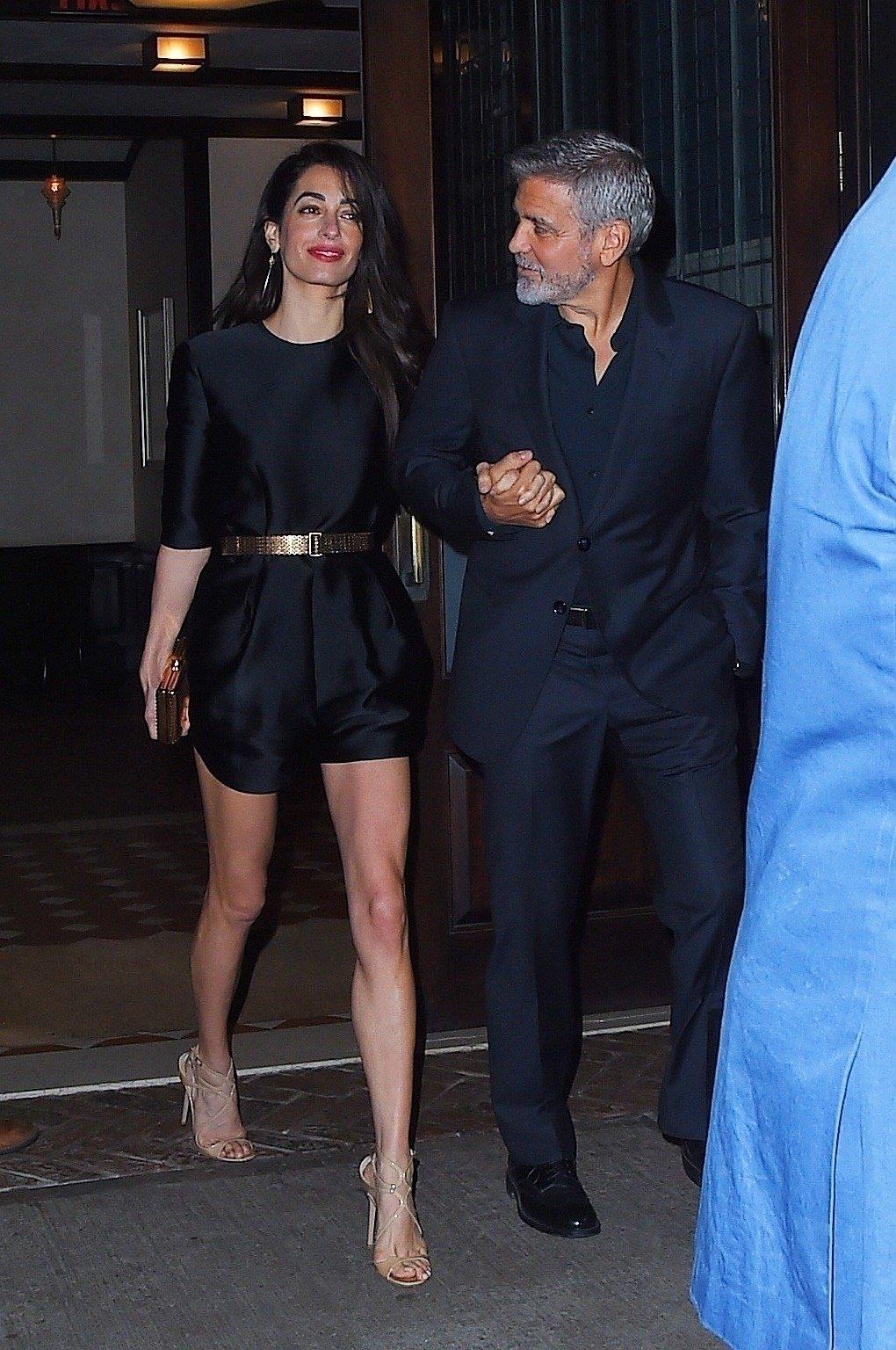 Amal i George izlaze iz restorana