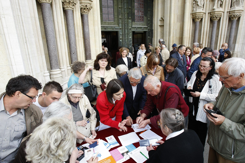 inicijativi U ime obitelji biskupi su 2014. dopustili prikupljanje potpisa ispred crkvi