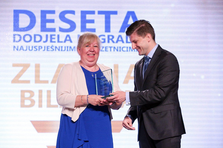 Zdravko Marić daje nagradu predstavnici HS Produkta