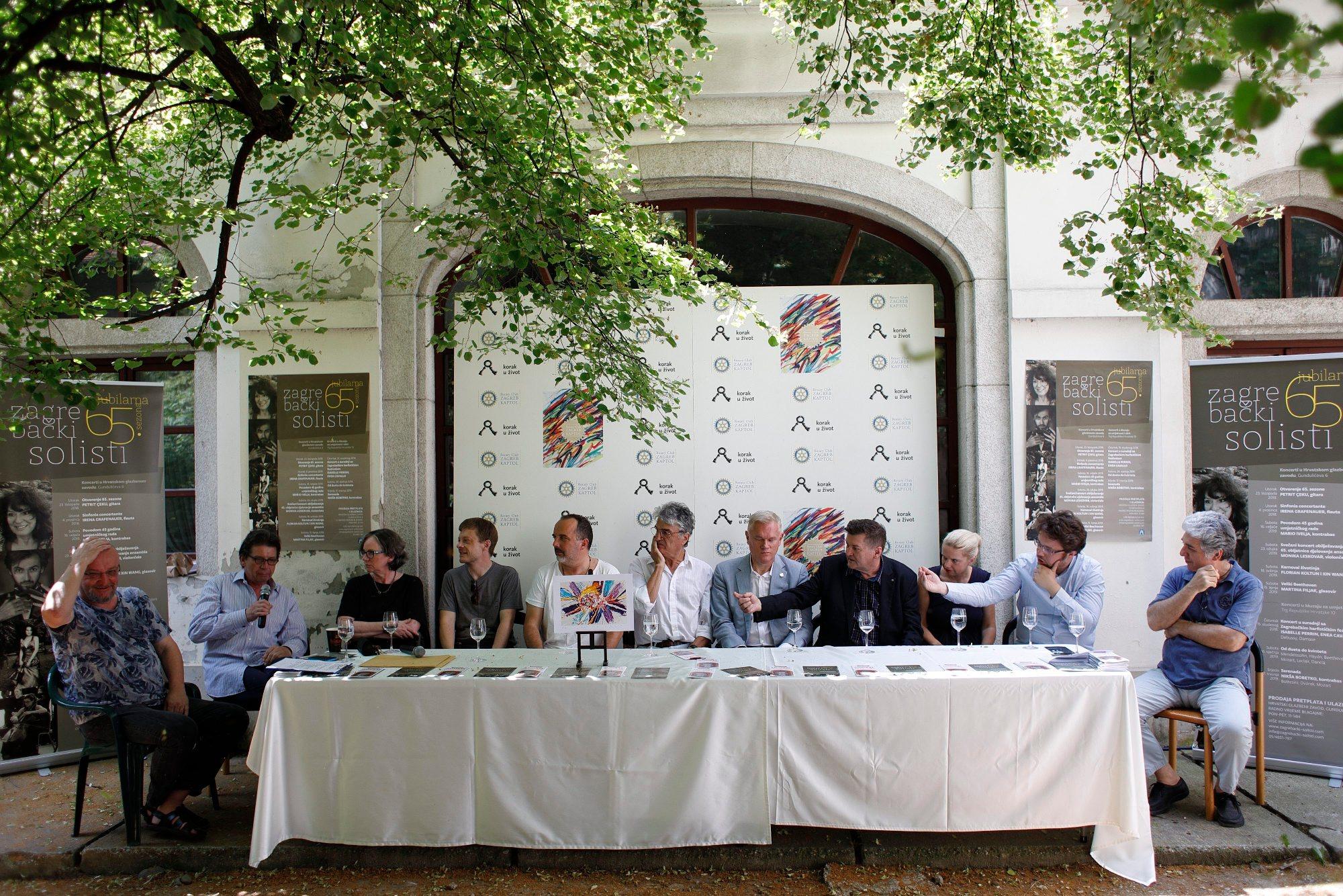 Na fotografiji: Nenad Jandrić, Dora Kovačević, Matija Dedić, Toni Cetinski, Vatroslav Kuliš, Milana Vuković Runjić, Krunoslav Marić