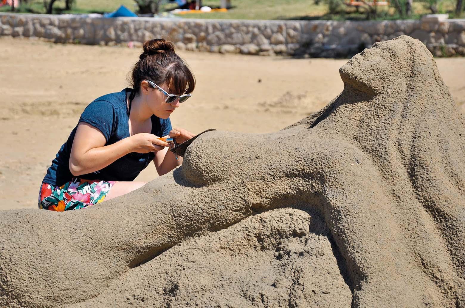 Lopar, 150612. Nakon tri dana zavrsen je Prvi festival skulpture u pijesku  Najpjescanija plaza u Loparu, Rajska plaza ugostila je umjetnike i studente likovne akademije iz Zagreba na prvom festivalu skulpture u pijesku. Ukupno je izradjeno sedam skulptura u pijesku, a nakon ziriranja ocjenjivackog suda proglasene su najbolje: 3. mjesto Brod, 2. mjesto Sv. Marin Loparanin i 1. mjesto Sirena.  Na fotografiji: pobjednicka skulptura sirene, da bi ostala trajnija moralo ju se zalijevati vodom i napraviti sitne popravke prije ziriranja. Foto: Stela Novotny / CROPIX