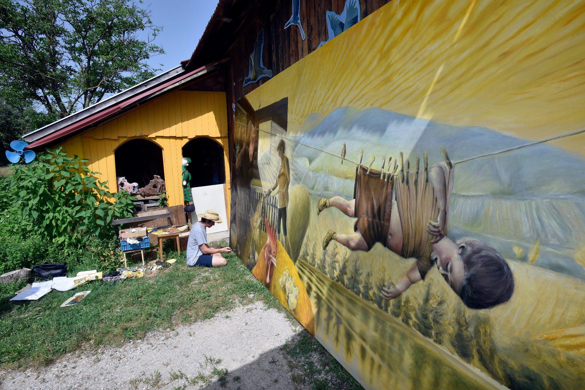 Dubrava kod Vrbovca, 120618. Kostanj 49. Zoran Jambresic, samouki slikar, clan umjetnicke kolonije slika sliku. Foto: Krasnodar Persun / CROPIX