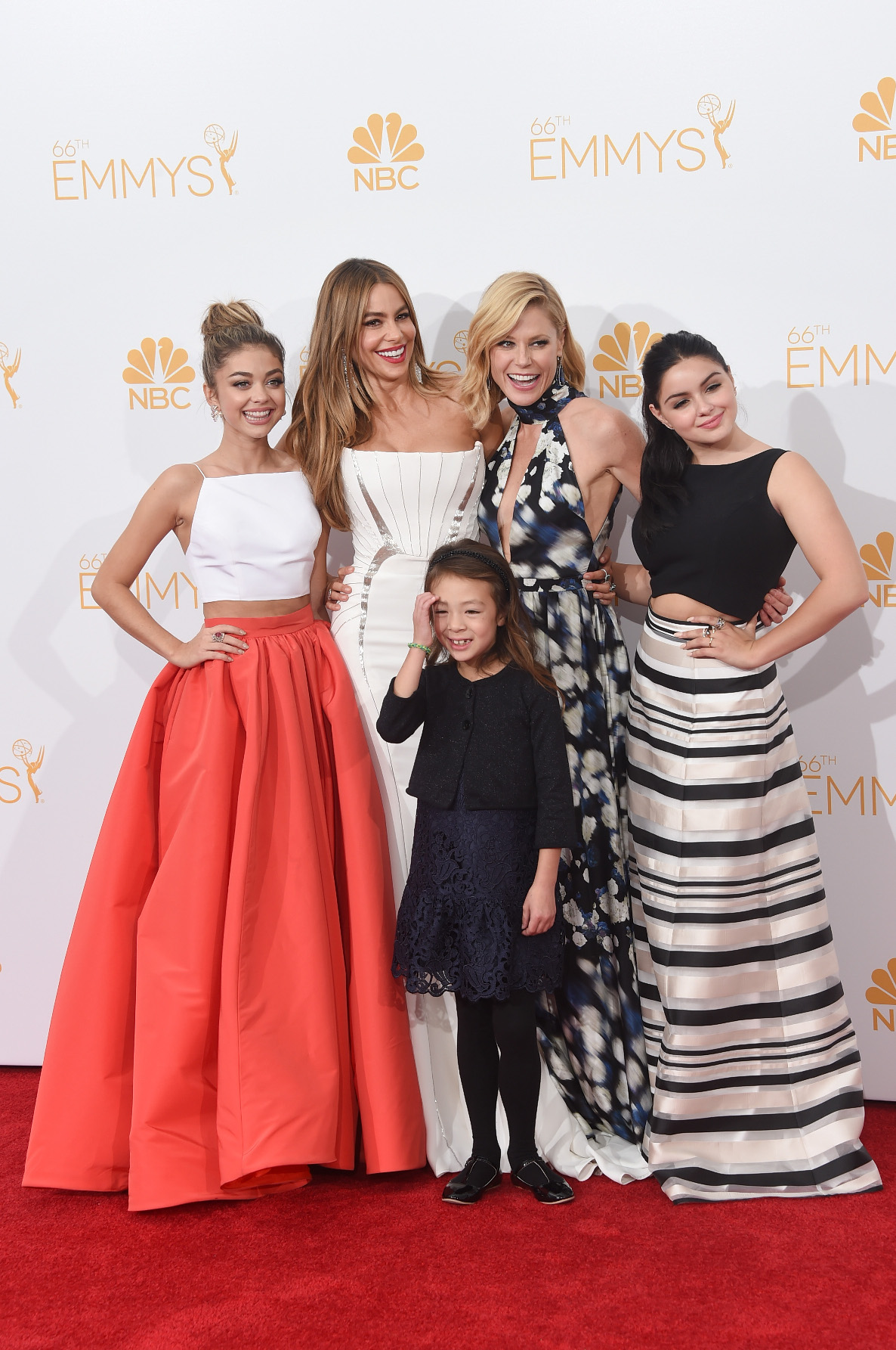 LOS ANGELES, CA - AUGUST 25:  Actresses Sarah Hyland, Sofía Vergara, Aubrey Anderson-Emmons, Julie Bowen and Ariel Winter, winners of the Outstanding Comedy Series Award for