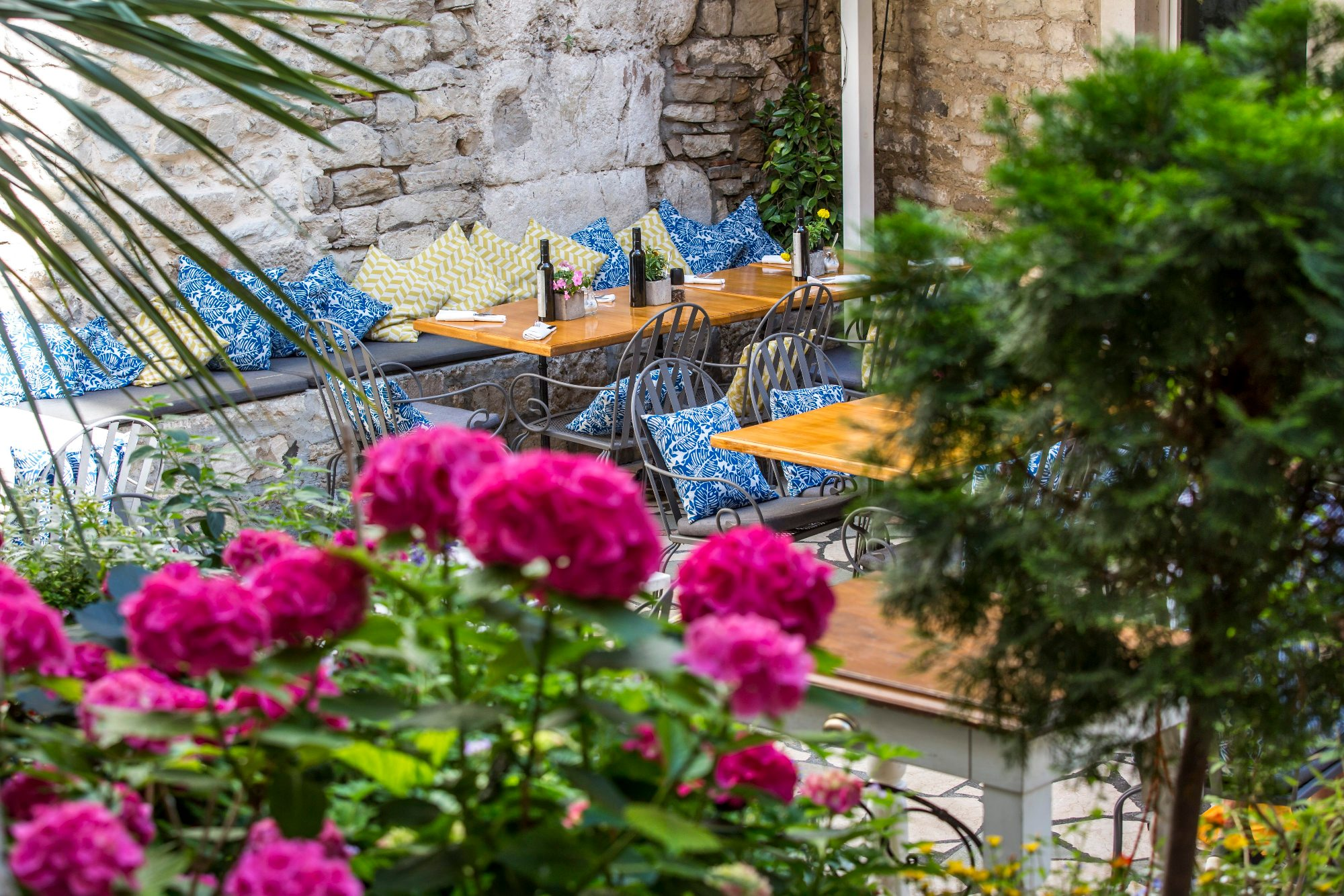 Split, 010618.  Terasa restorana Galerija Food u Splitu. Foto: Vojko Basic / CROPIX