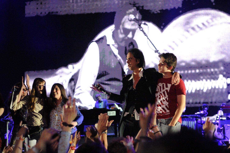 Na kraju koncerta Nicku Caveu su se na pozornici pridružili fanovi iz publike