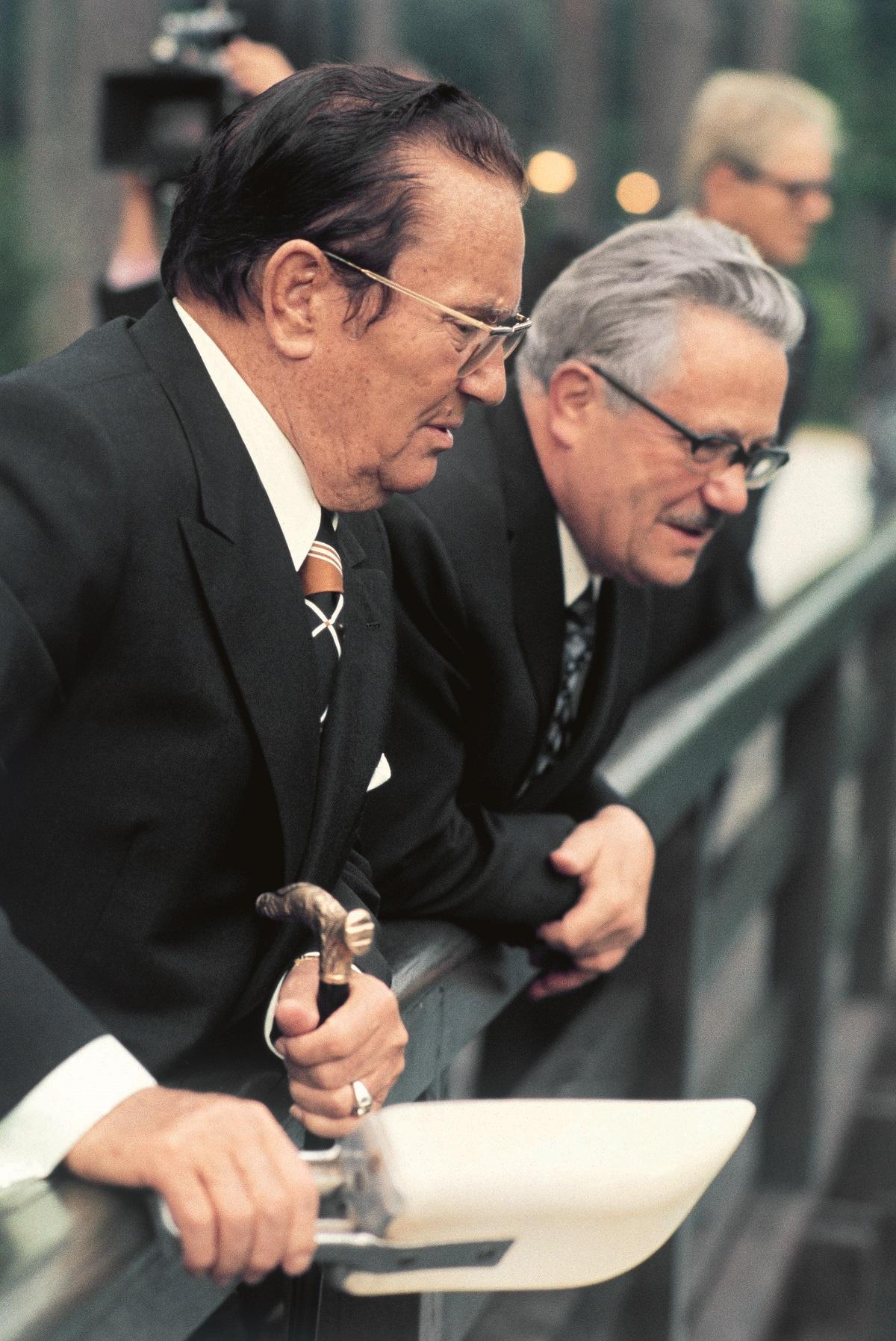 """""""Oci Jugoslavije"""" Tito i Kardelj pokrenuli su 1968. projekt ustavnopravne reforme federacije koji će završiti 1974. donošenjem novog, u biti konfederalnog Ustava. Bilandžić, hrvatski komunistički političar i povjesničar, jedan od najbližih suradnika Franje Tuđmana, u svojim zapisima ustvrdio je da mu je Kardelj osobno, u jeku Hrvatskog proljeća, rekao da su se Tito i on dogovorili da idu u """"razdruživanje"""" Jugoslavije"""
