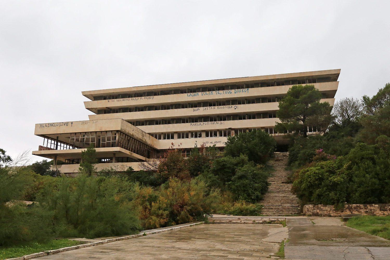 Ruševine hotela u bivšem vojnom odmaralištu Kupari