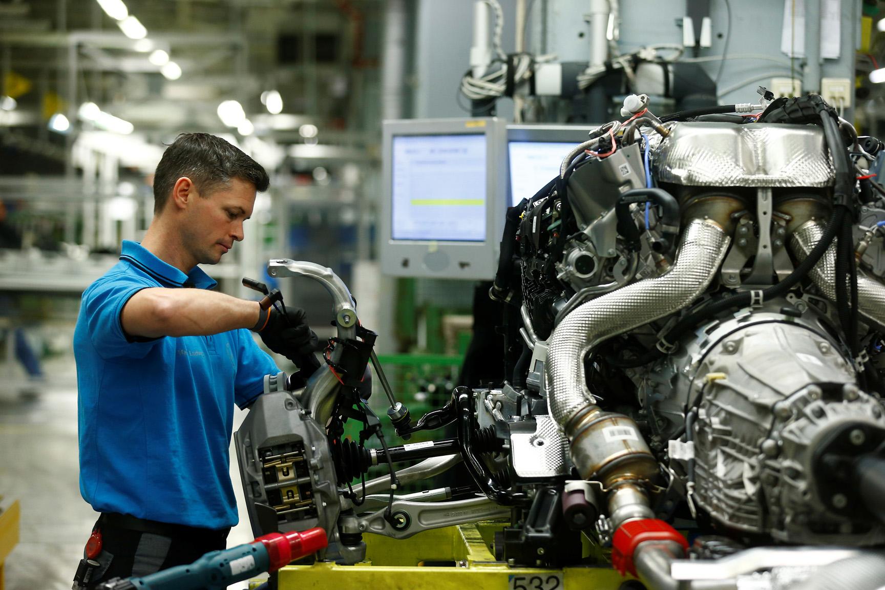 Ilustracija, radnik u tvornici Mercedes Benz-a