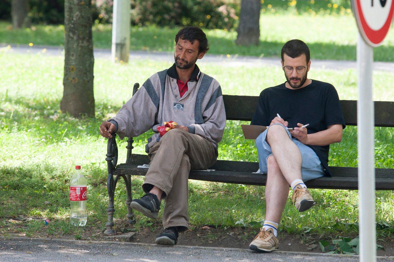Koprivnica, 080618. Prica o anonimnom dobrotvoru iz Koprivnice koji je donirao djecje igraliste. Na fotografiji: novinar Jutarnjeg Vid Baric u razgovoru s romima. Foto: Zeljko Hajdinjak / CROPIX