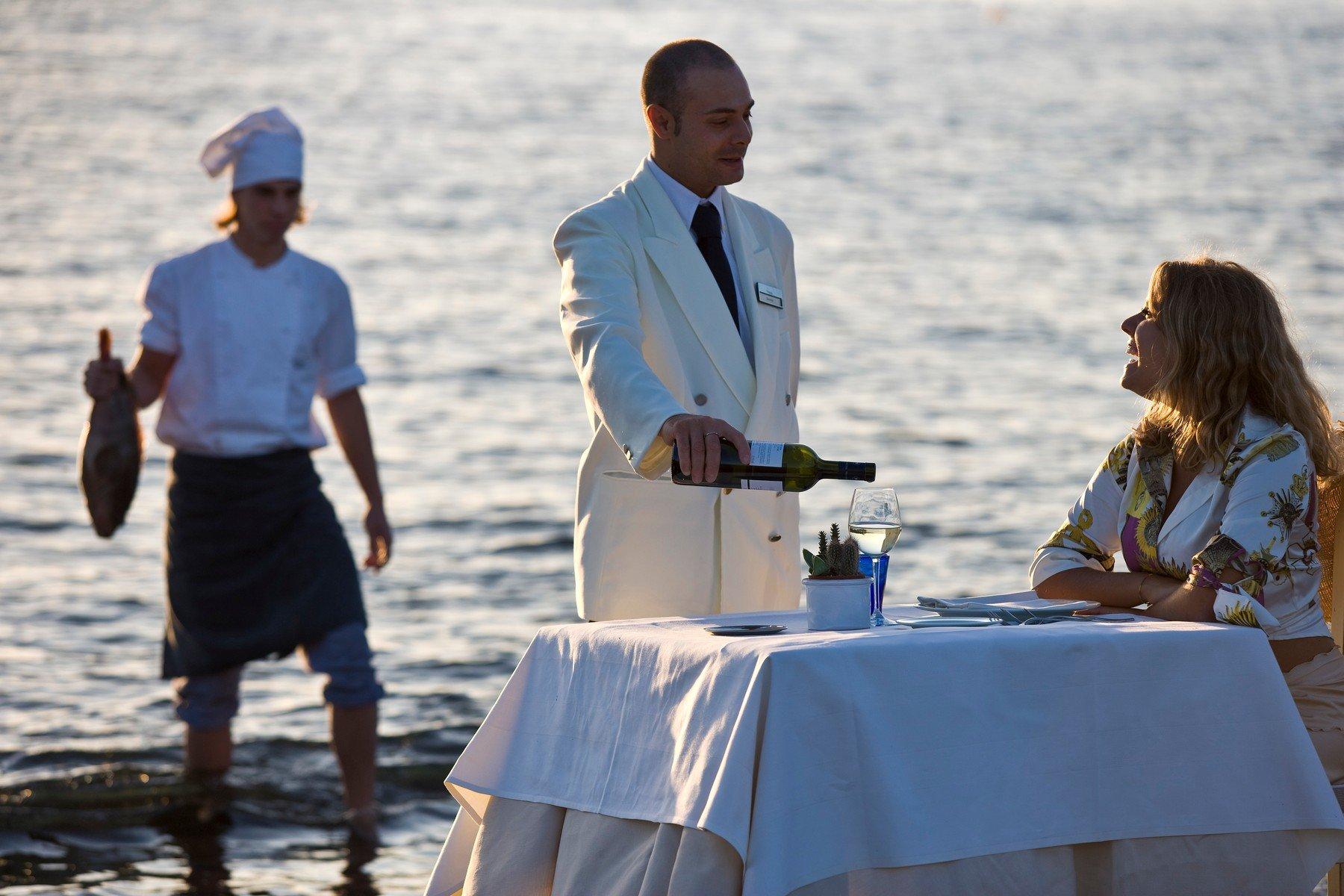 Ilustracija, konobar na plaži