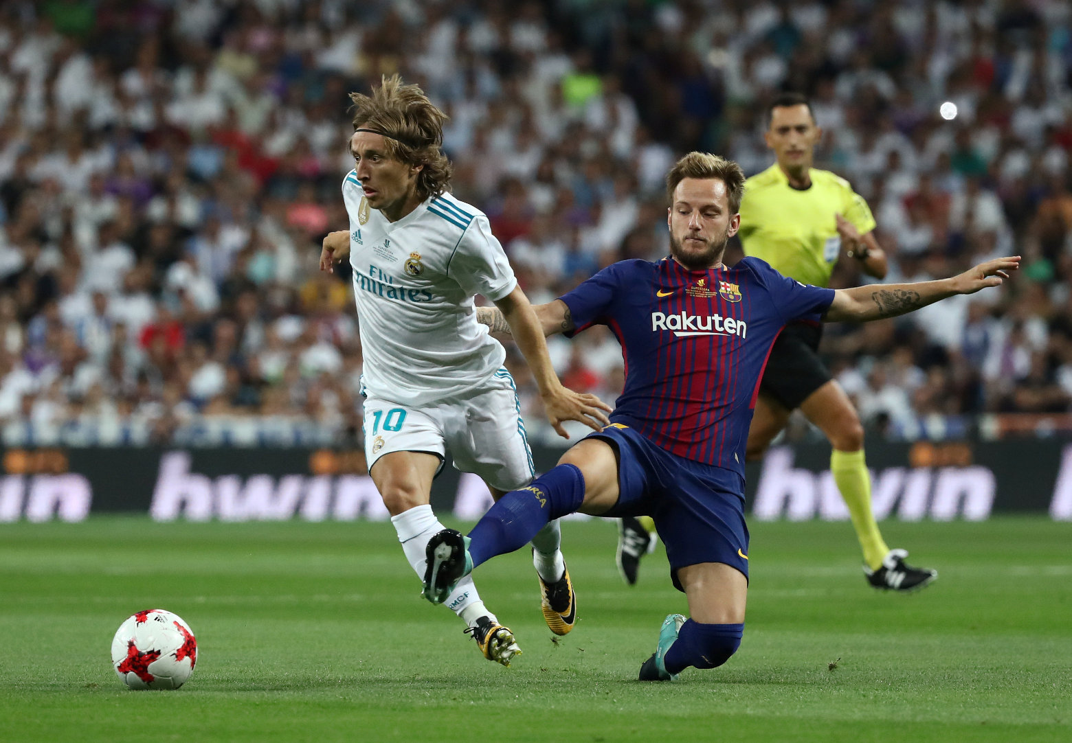 Soccer Football - Real Madrid vs Barcelona - Spanish Super Cup Second Leg - Madrid, Spain - August 16, 2017   Barcelona's Ivan Rakitic in action with Real Madrid's Luka Modric       REUTERS/Juan Medina