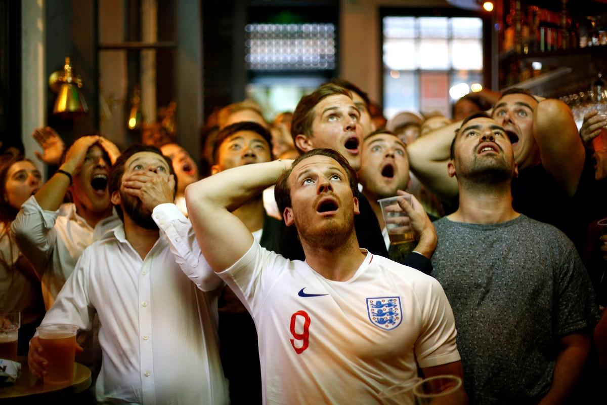 Fotografija je snimljena u Londonu tijekom utakmice Hrvatske i Engleske na SP-u u Rusiji. Engleski navijači gledaju kako im reprezentacija gubi.