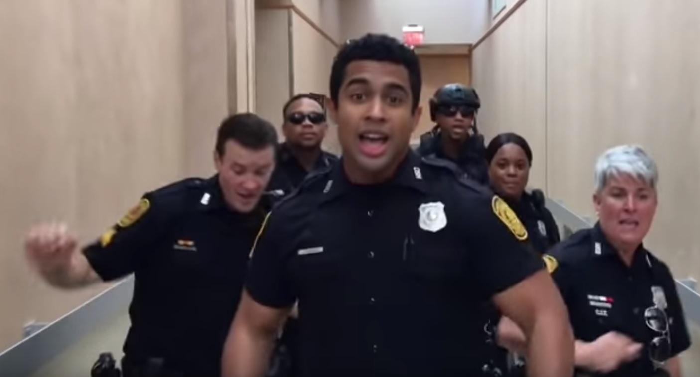 policija pleše