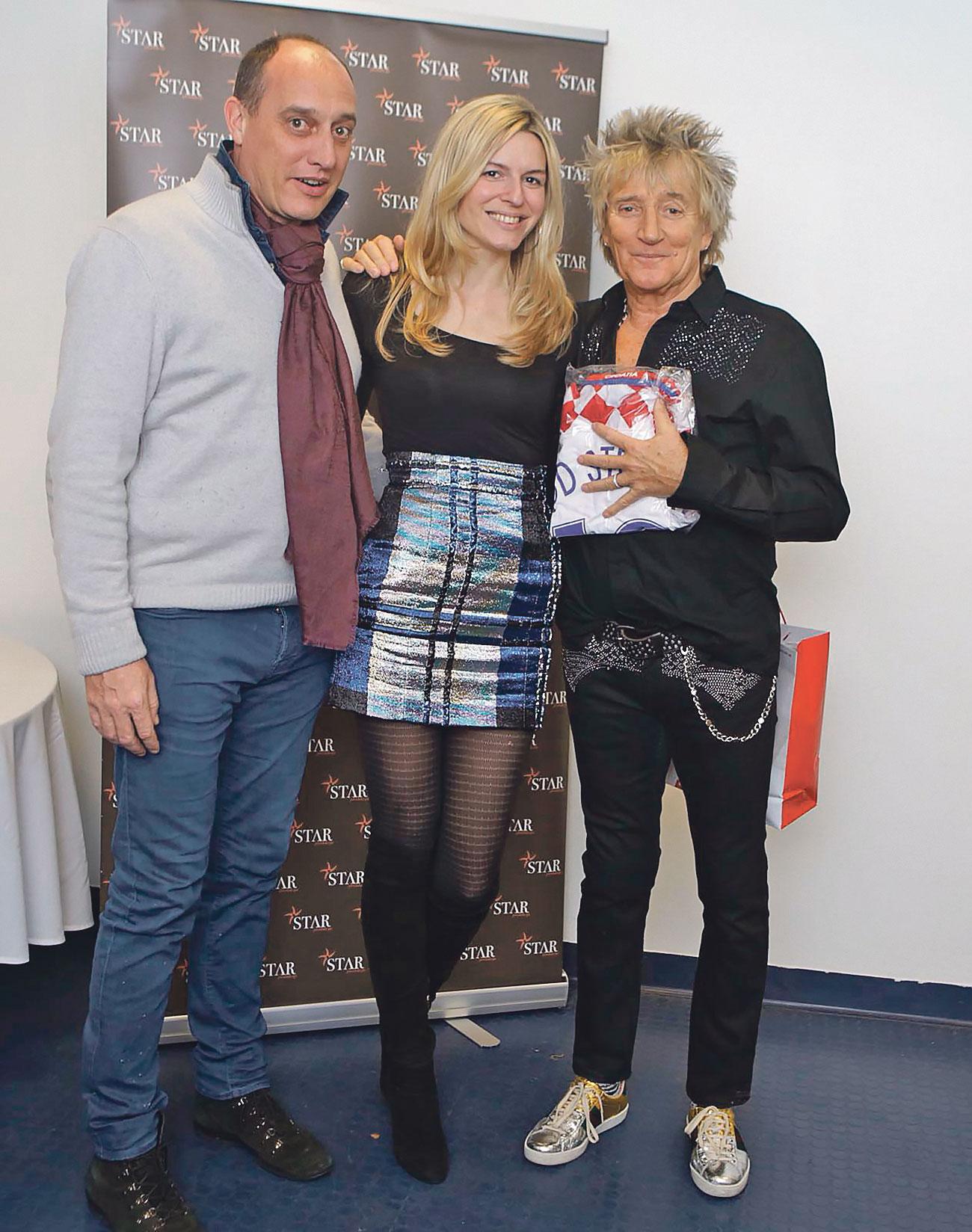 David Blanquart i Ana Muhar Blanquart zajedno su darovali hrvatski dres pjevaču Rodu Stewartu, osvjedočenom ljubitelju nogometa