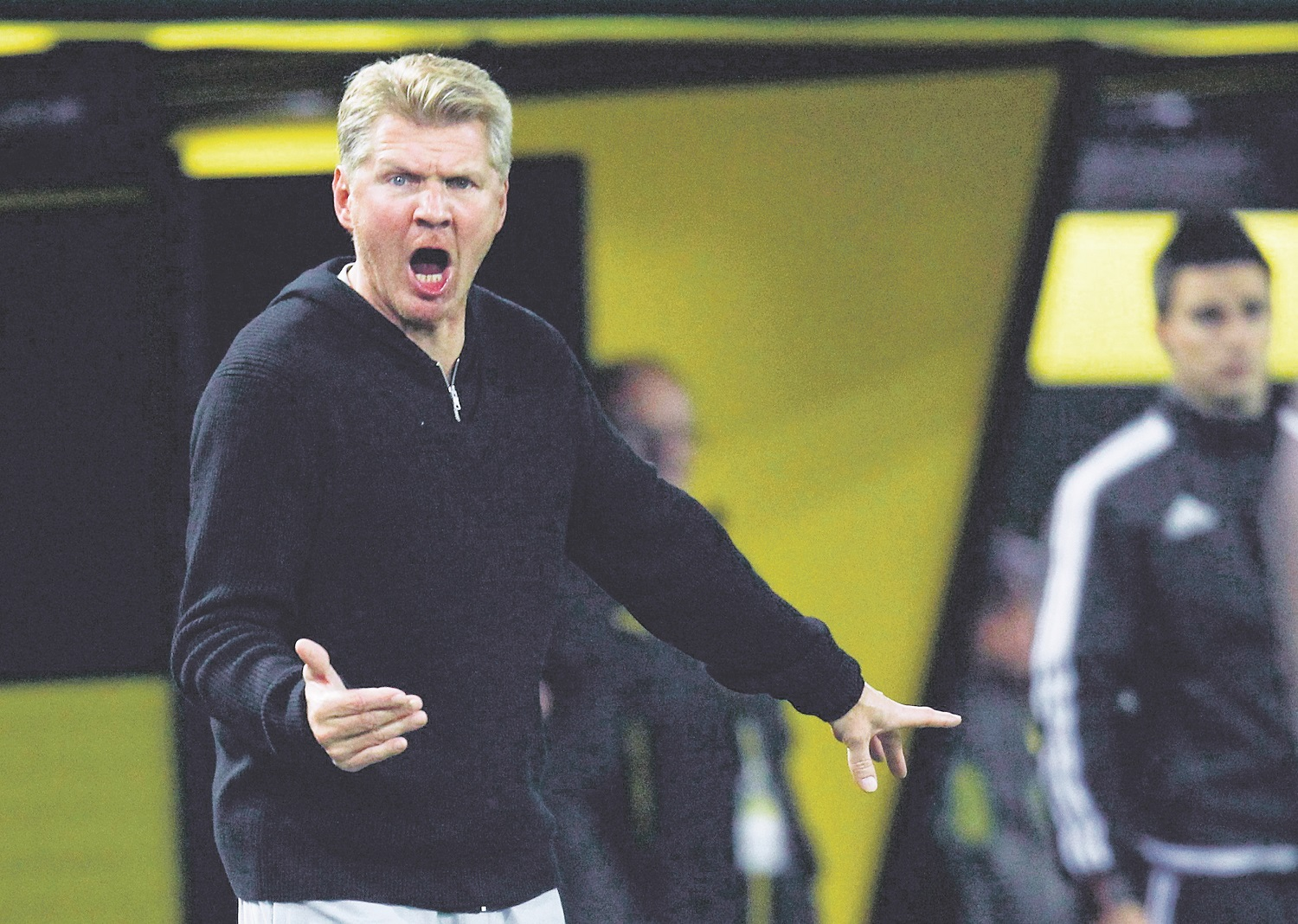 SC Paderborn's coach Stefan Effenberg gestures during their German Cup (DFB Pokal) second round soccer match against Borussia Dortmund in Dortmund, Germany, October 28, 2015.  REUTERS/Ina Fassbender     DFB RULES PROHIBIT USE IN MMS SERVICES VIA HANDHELD DEVICES UNTIL TWO HOURS AFTER A MATCH AND ANY USAGE ON INTERNET OR ONLINE MEDIA SIMULATING VIDEO FOOTAGE DURING THE MATCH.