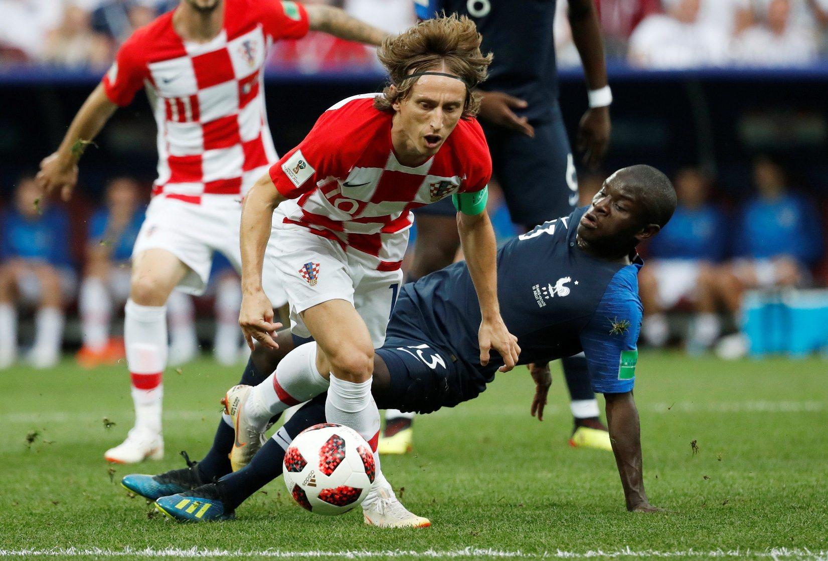 Luka Modrić u duelu s N'Golom Kanteom u finalu Svjetskog prvenstva u Rusiji