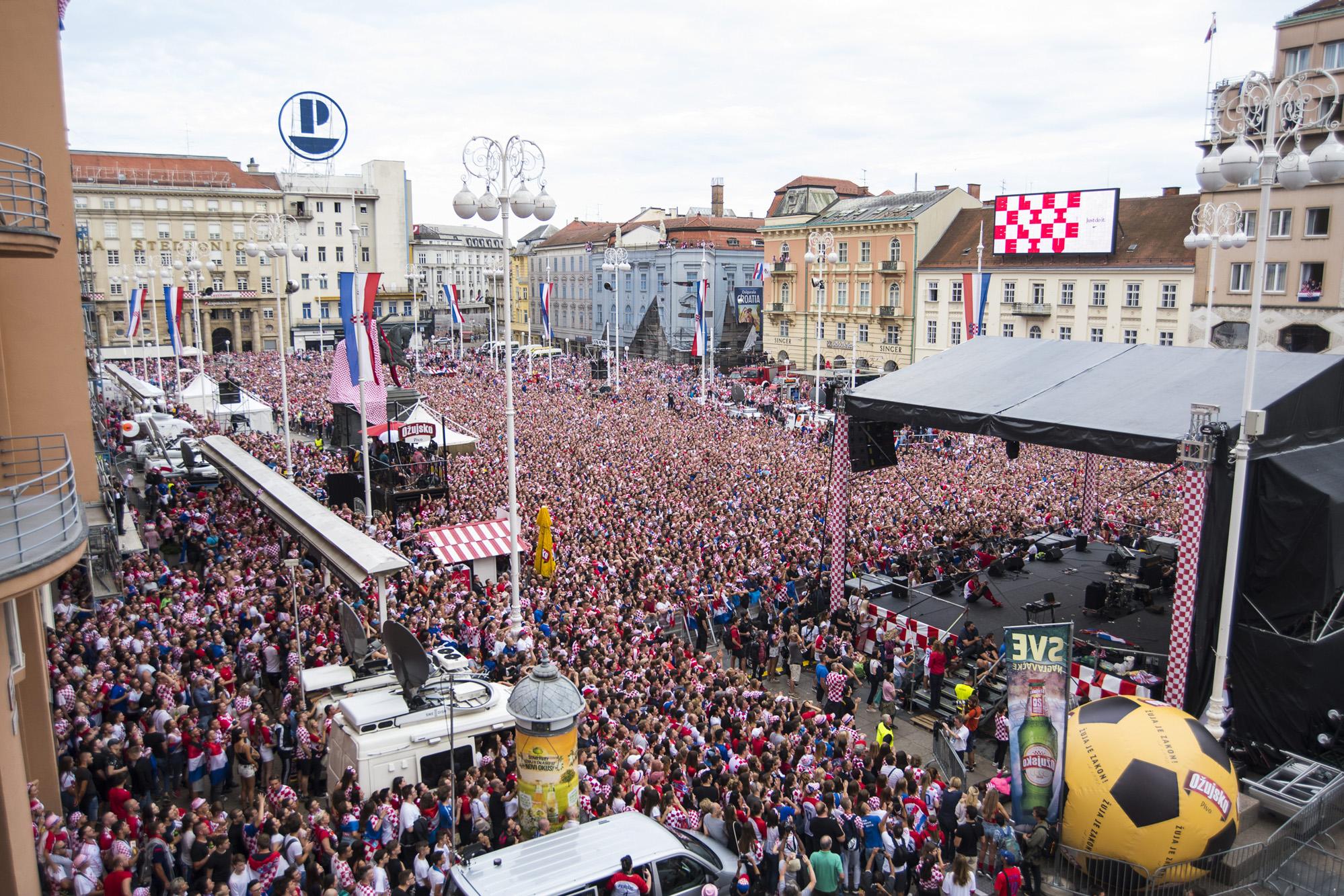 Navijači na Trgu bana Jelačića u Zagrebu