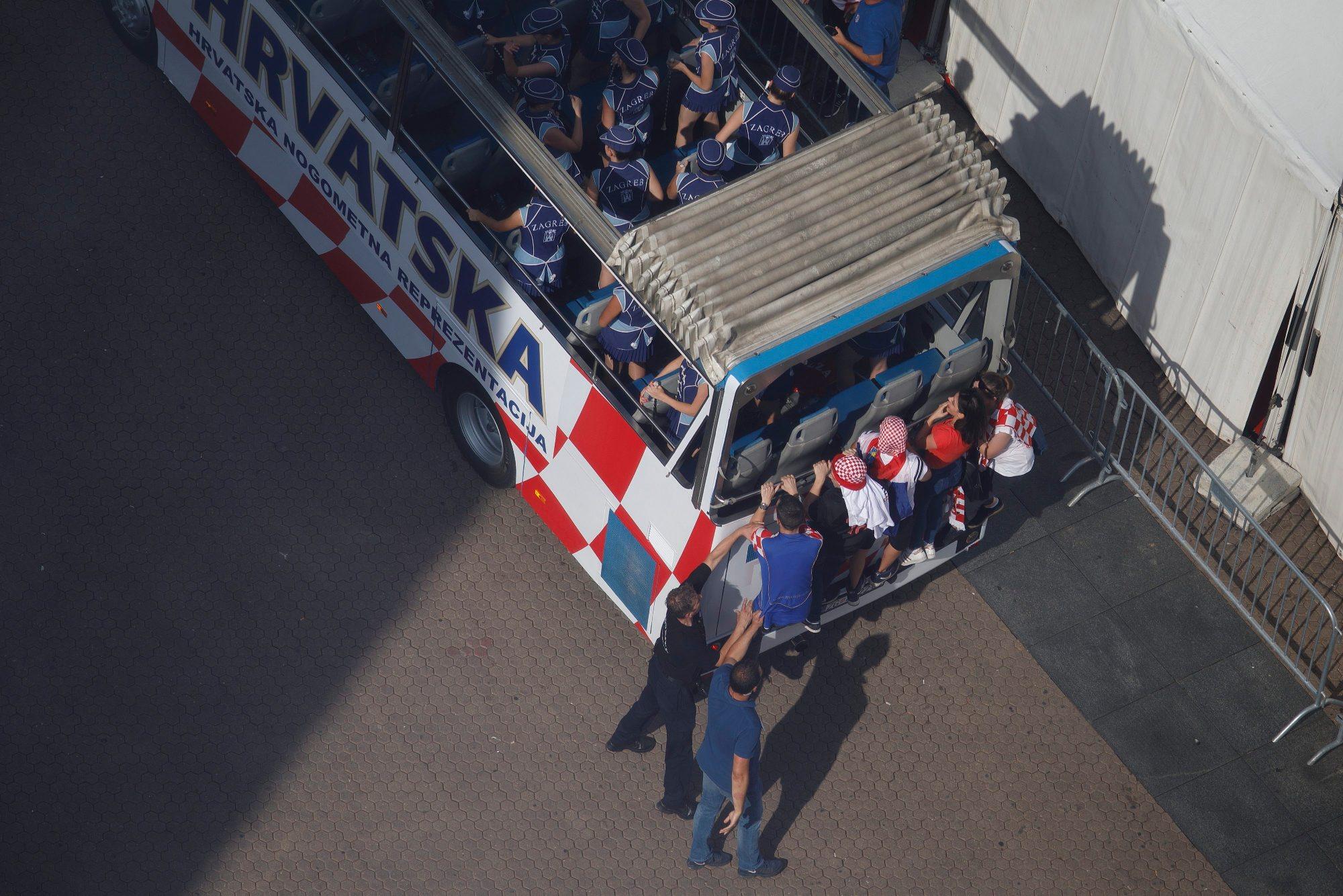 Zagreb, 160718. Na Trgu bana Jelacica organiziran je svecani doceka srebrnih nogometasa sa Svjetskog nogometnog prvenstva u Rusiji. Na fotografiji: navijaci se pokusavaju popeti na autobus. Foto: Dragan Matic / CROPIX