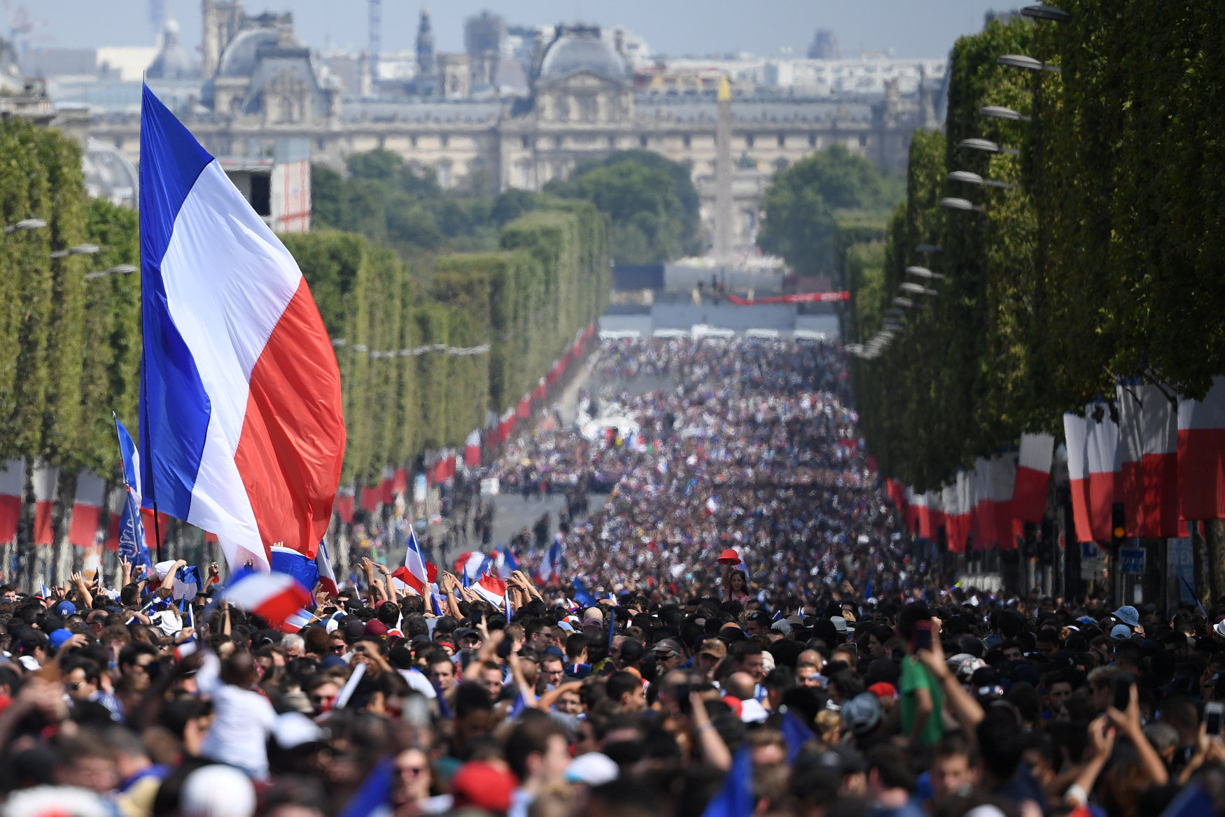 2018-07-16T144908Z_835143653_RC1C671C5660_RTRMADP_3_SOCCER-WORLDCUP-FRANCE-PARADE_1