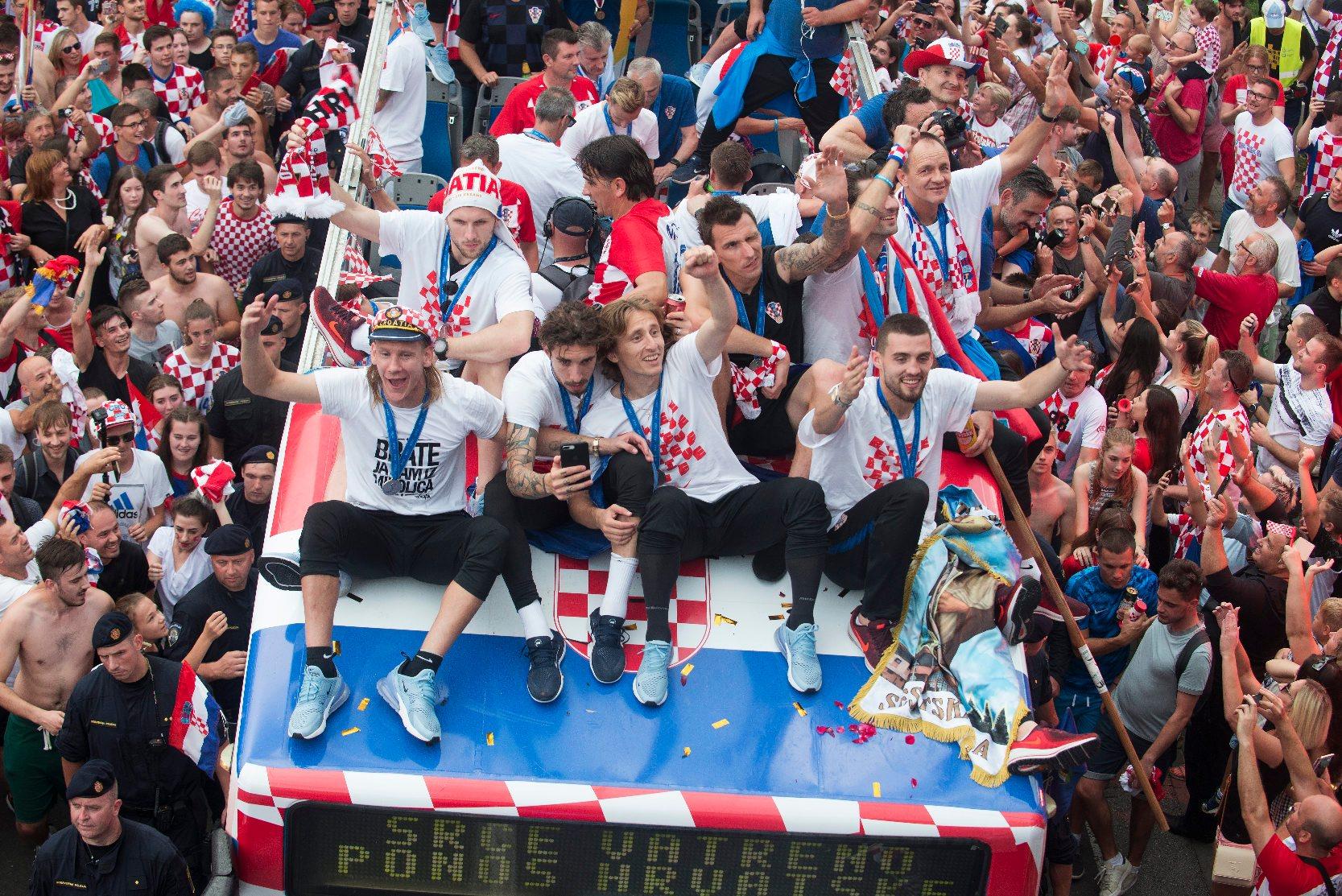 Zagreb, 160718. Savska cesta. Hrvatska nogometna reprezentacija vraca se sa Svjetskog nogometnog prvenstva iz Rusije. Na fotografiji:  nogometasi pozdravljaju okupljene. Foto: Zeljko Grgic / CROPIX