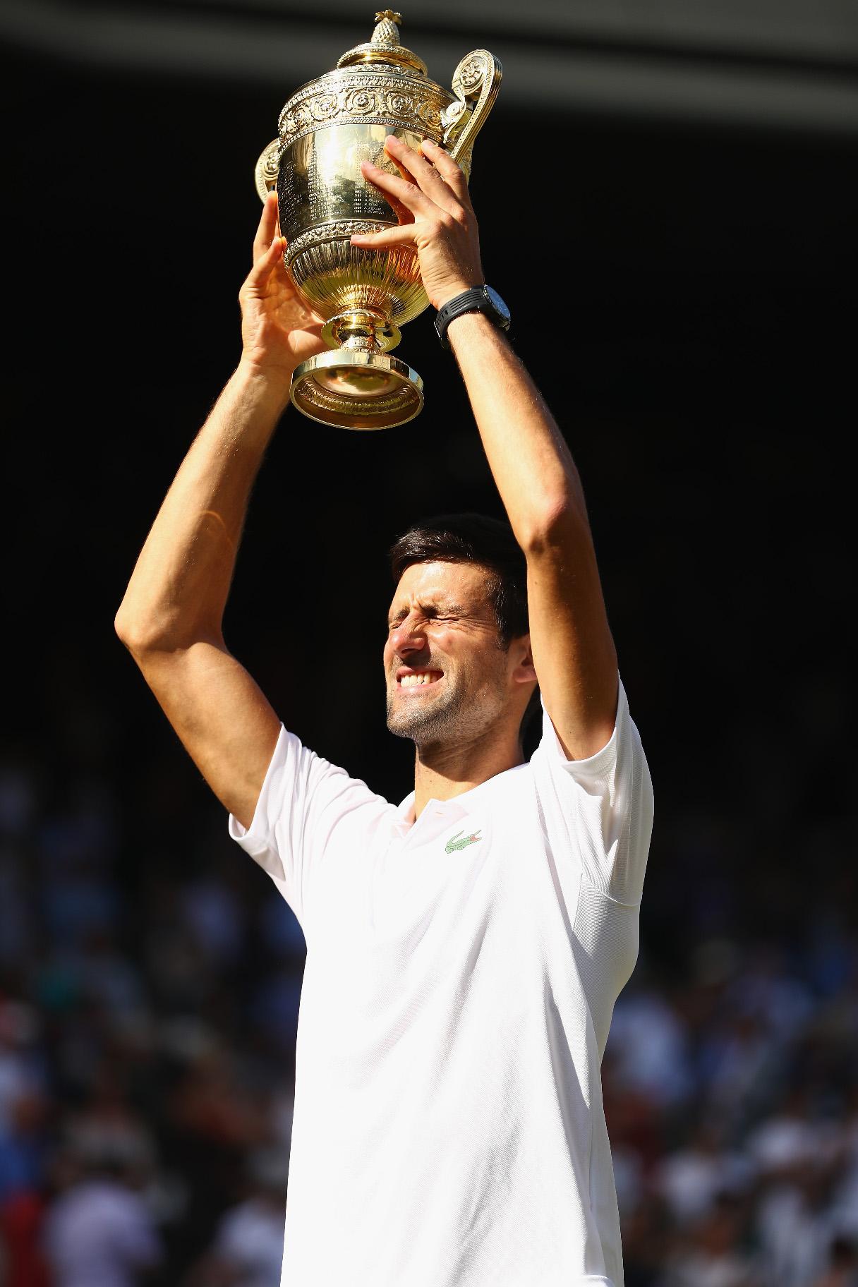 Novak drži trofej