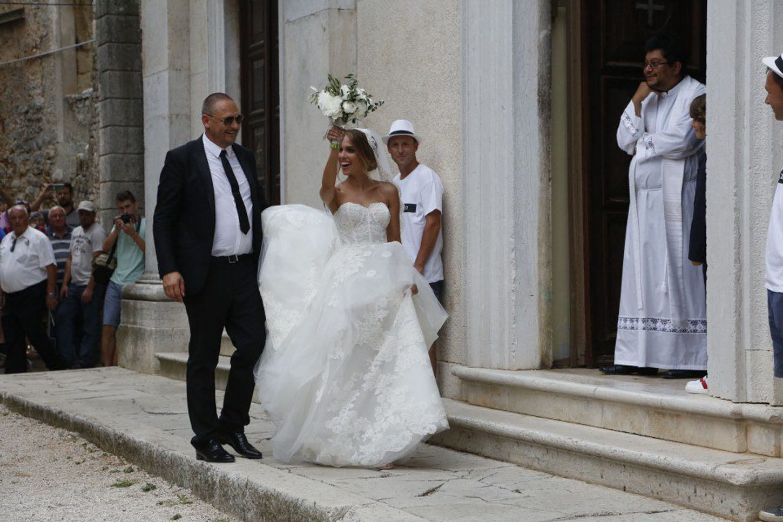 Bale, 210718. Pjevacica Franka Batelic i nogometas Vedran Corluka izmijenili su danas vjencane zavjete u malom istarskom gradu Bale. Na fotografiji: Franka Batelic. Foto: Goran Sebelic / CROPIX