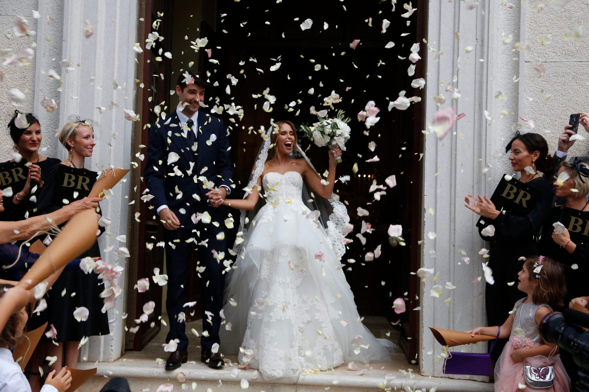 Bale, 210718. Pjevacica Franka Batelic i nogometas Vedran Corluka izmijenili su danas vjencane zavjete u crkvi sv. Petra u malom istarskom gradu Bale. Na fotografiji: Vedran Corluka i Franka Batelic. Foto: Goran Sebelic  / CROPIX