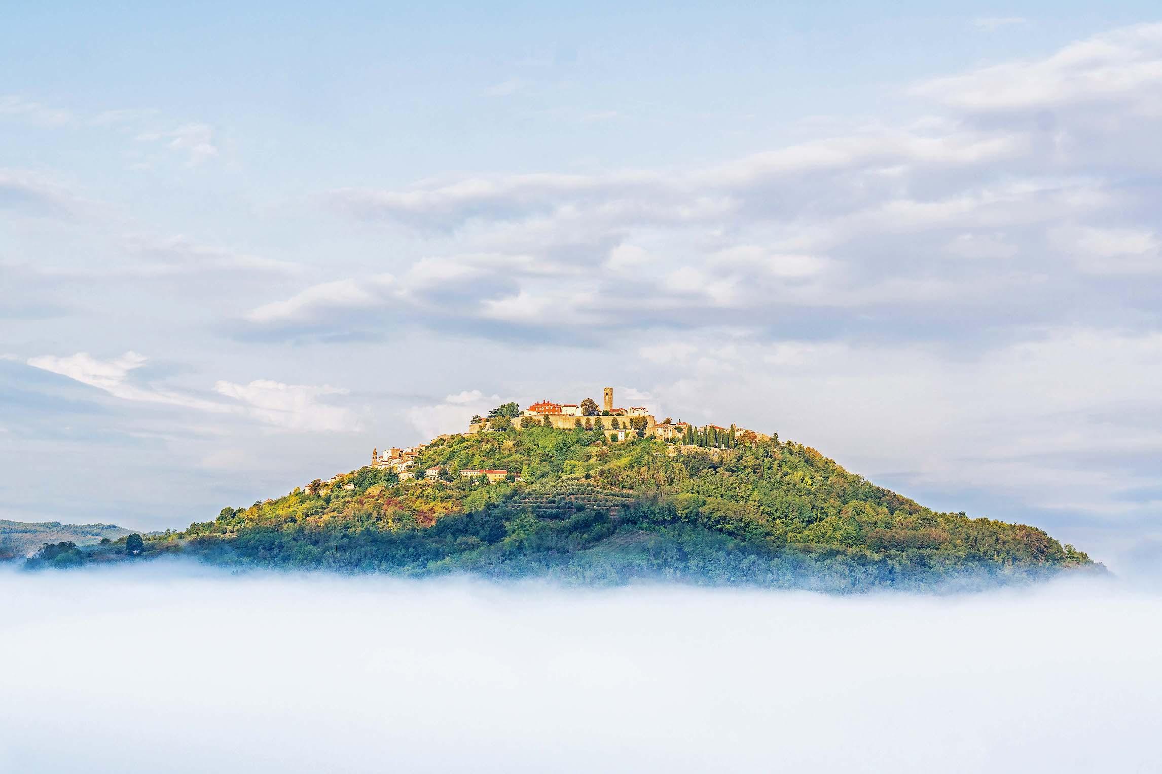 Motovun se nalazi u dolini rijeke Mirne, na brežuljku visokom 277 metara