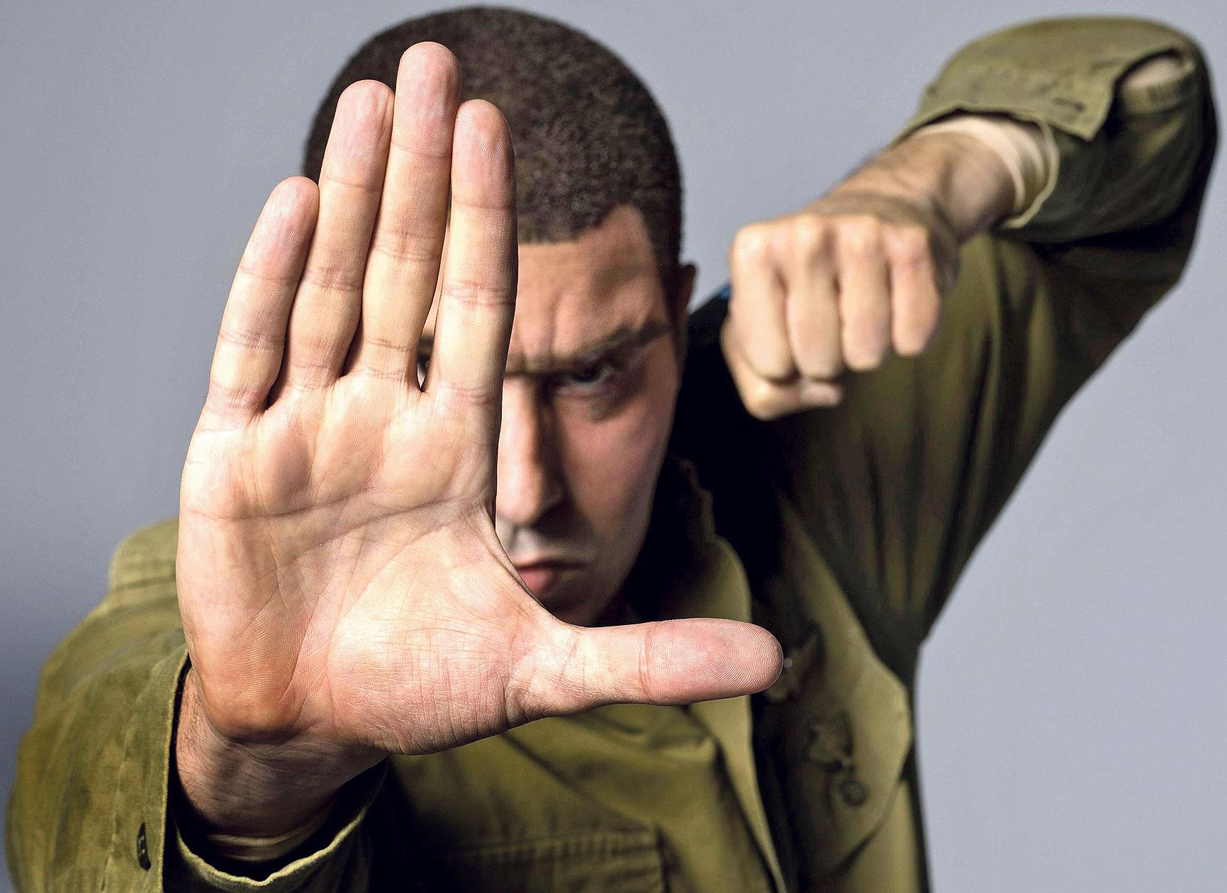 Erran Morad izraelski je antiteroristički stručnjak koji propagira da se u SAD-u naoružavaju djeca od njihove treće godine