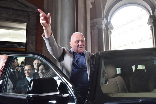 "Anthony Hopkins na setu filma ""The pope"""