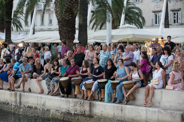Split, 280718. Daljinska plivacica Dina Levacic plivala je od Visa do Splita. Odustala je zbog umora tri kilometra prije cilja. Unatoc tome  odusevljeno su je na Rivi docekali mnogi sugradjani. Foto: Jakov Prkic / CROPIX