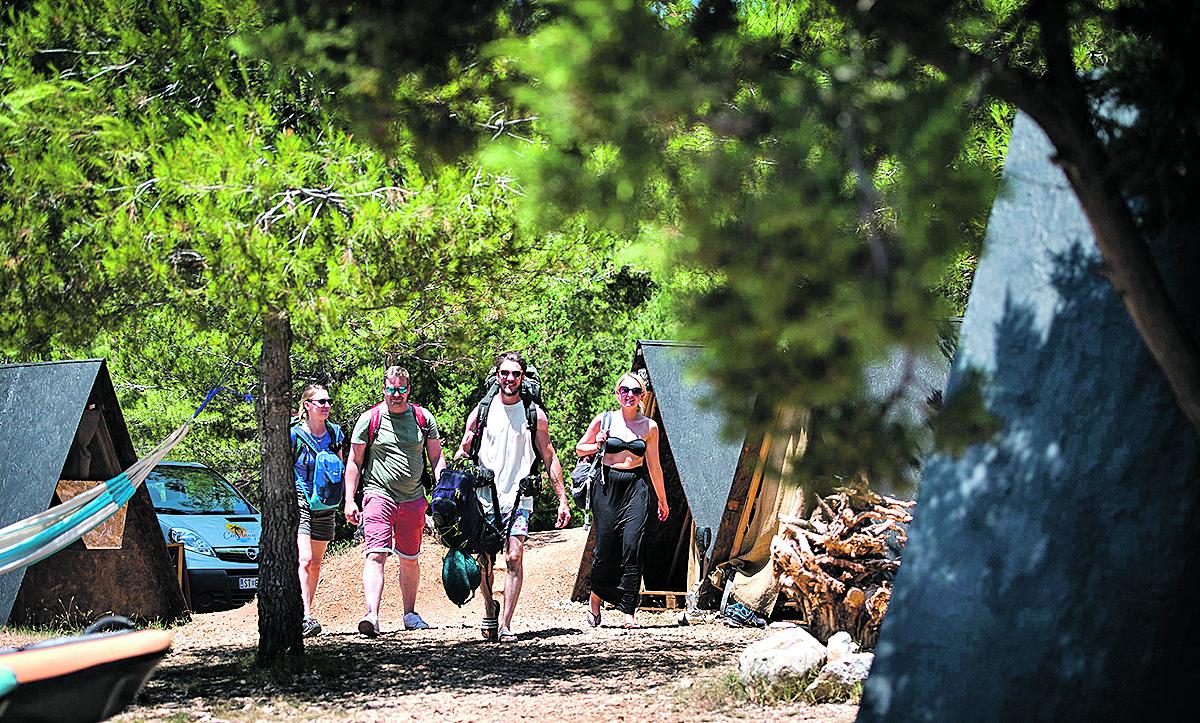 Gormin Dolac, 210618.  Robinzonski kamp Castway u vlasnistvu Dediera van Bellinghena. Foto: Ante Cizmic / CROPIX