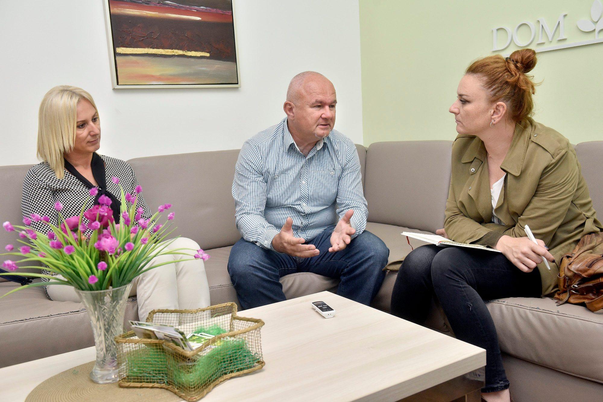 Zoran i Gordana Severović, vlasnici doma za umirovljenike Severović, u razgovoru s novinarkom Jasminom Trstenjak