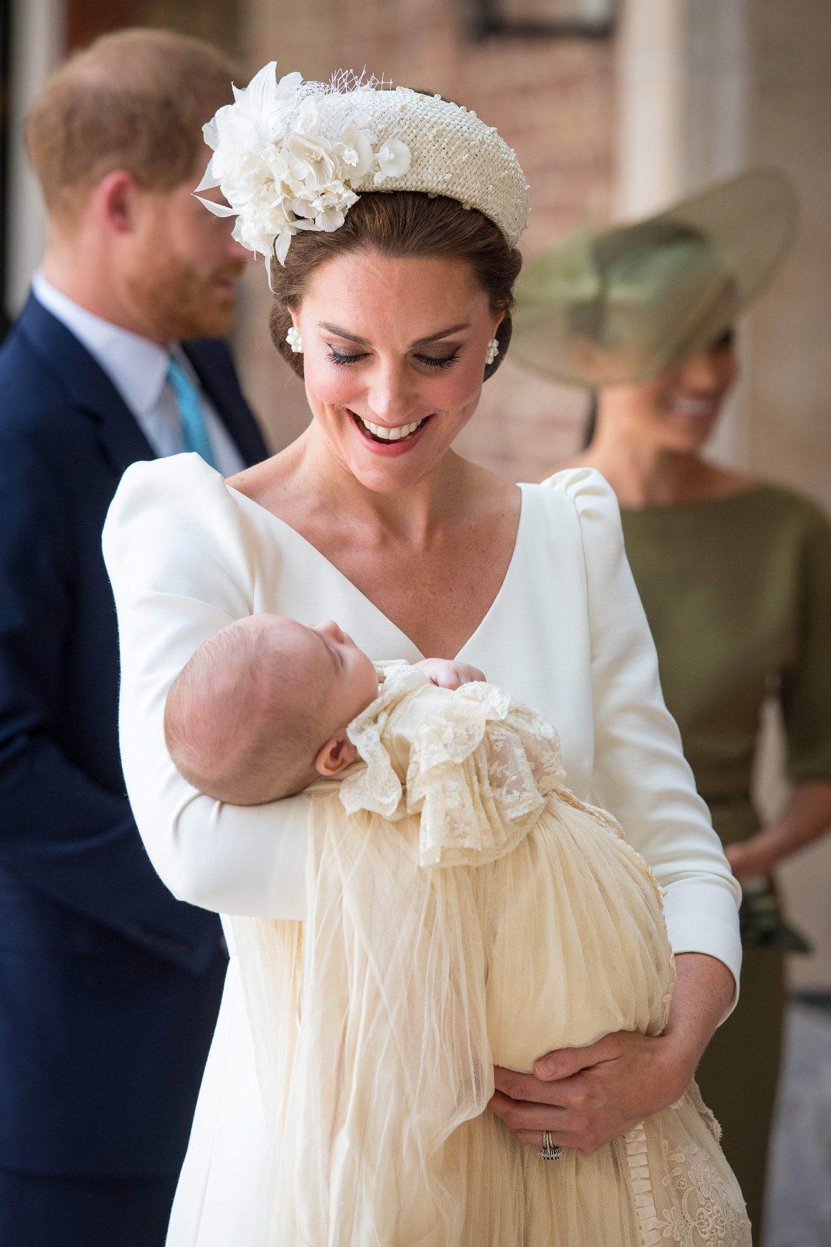 Vojvotkinja Kate s princom Louisom, u pozadini princ Harry i vojvotkinja Meghan