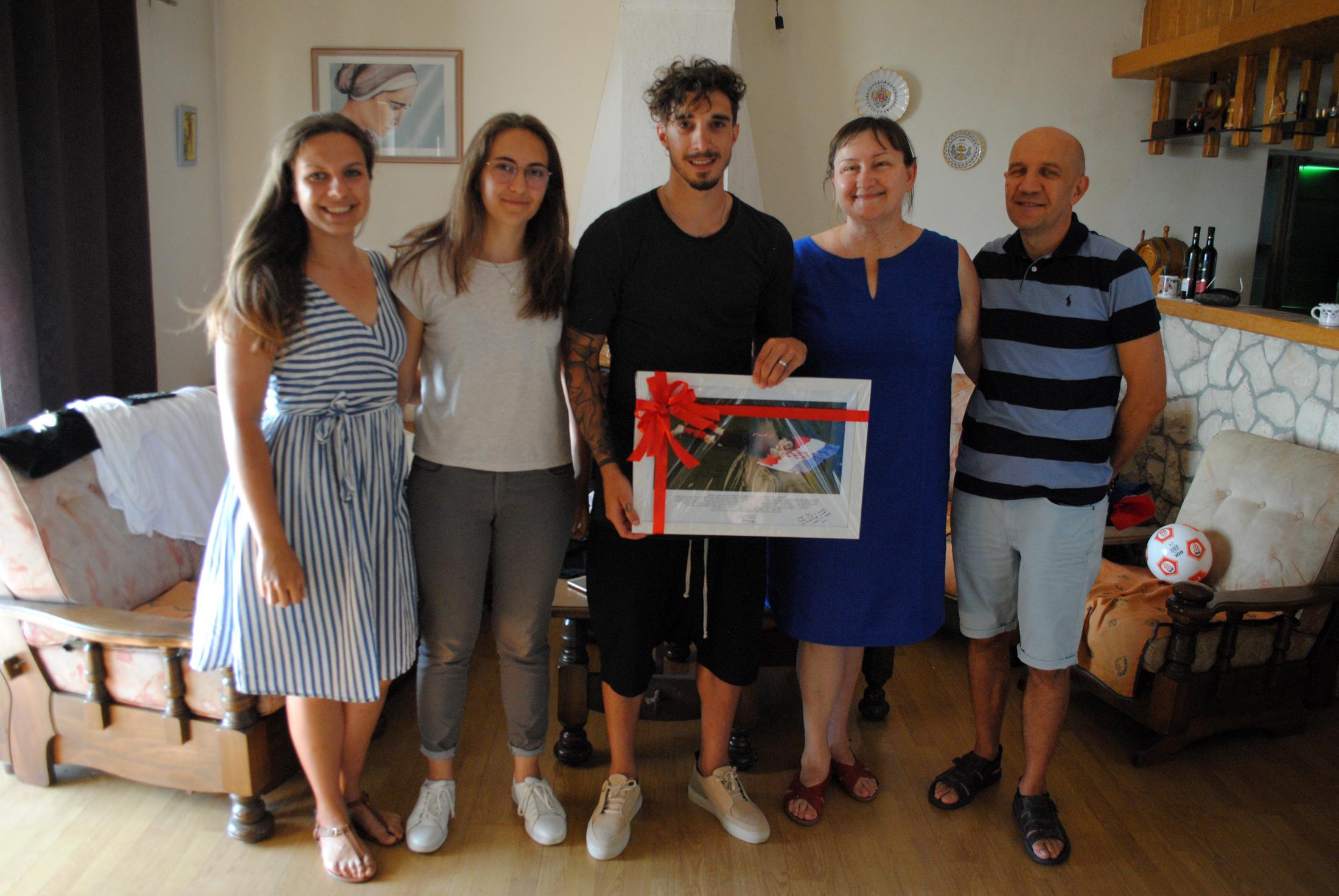Anđelka Rihtarić s obitelji i Šimom Vrsaljkom