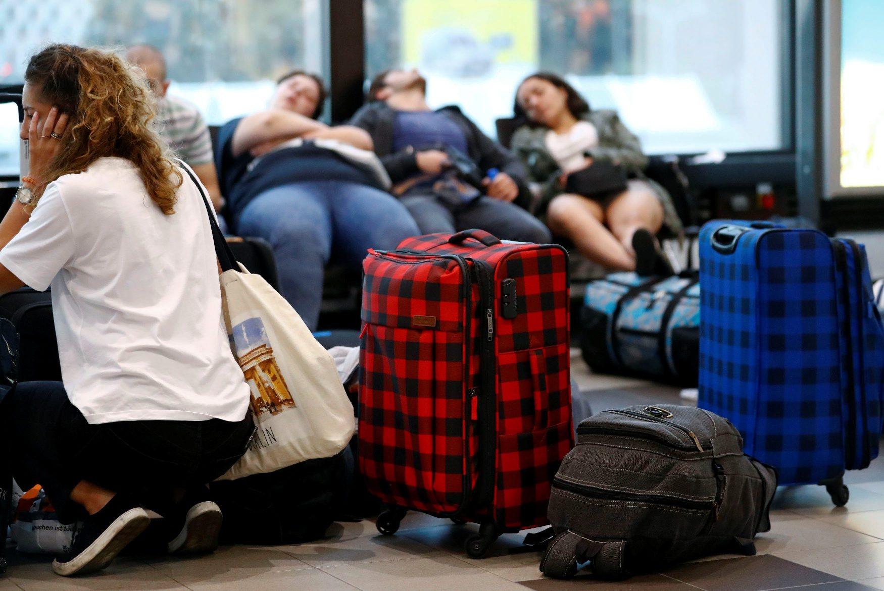 Ljudi čekaju na aerodromu u Berlinu